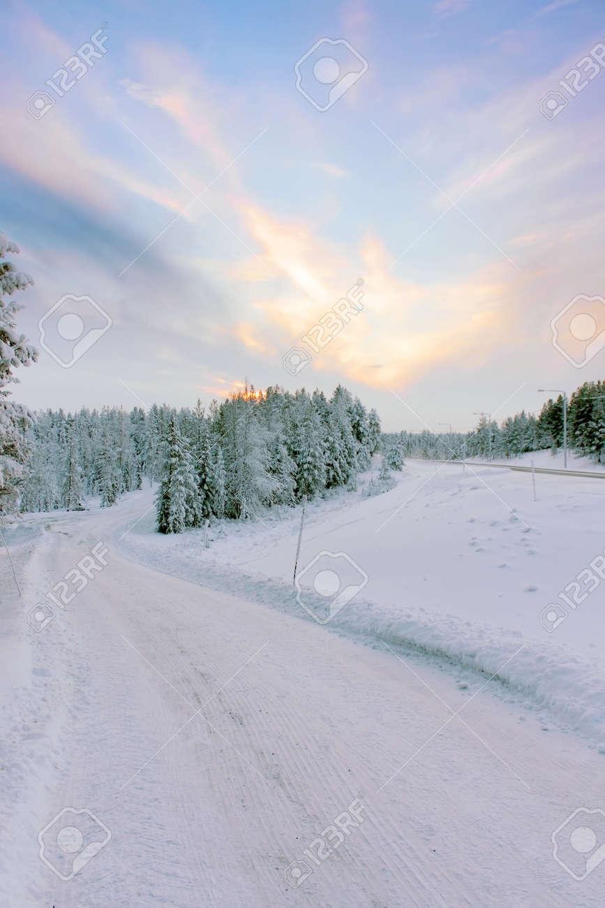 Route D Hiver Neigeux Aller A La Neige A Couvert Des Arbres Verts Au Crepuscule Sous Un Ciel Bleu Avec Des Nuages Au Coucher Du Soleil Paysage