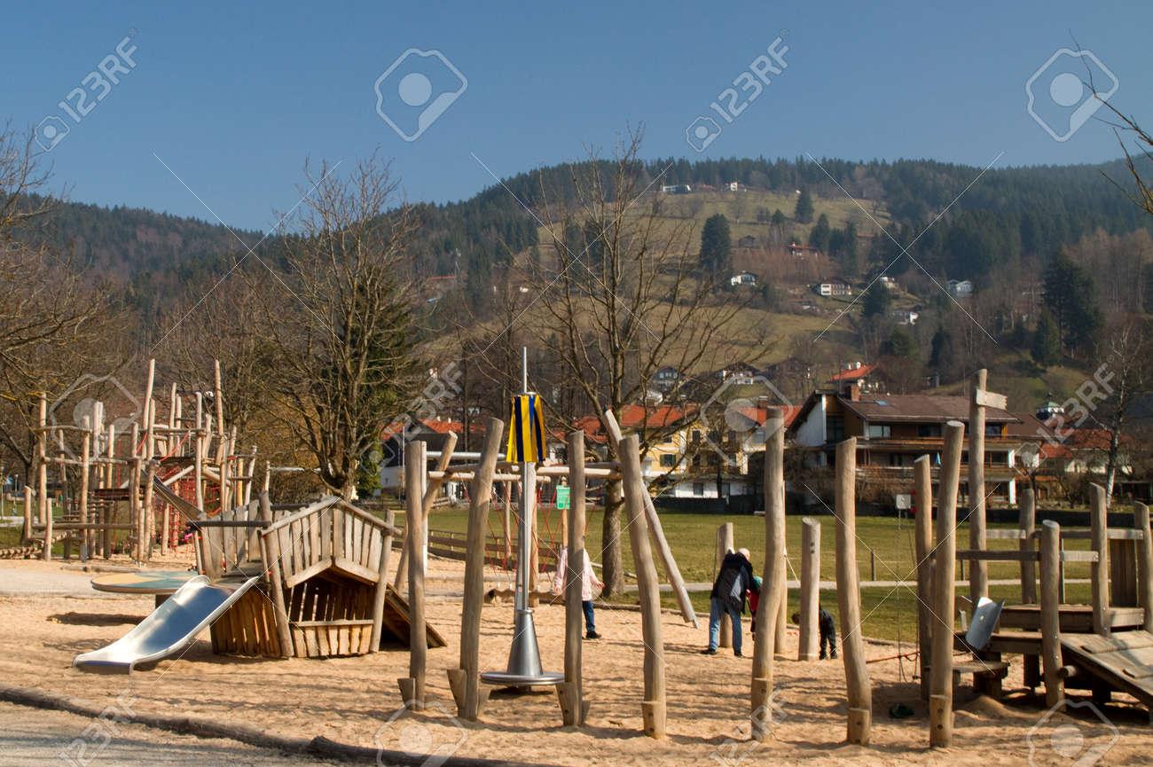 foto de archivo zona de juegos al aire libre de madera nios