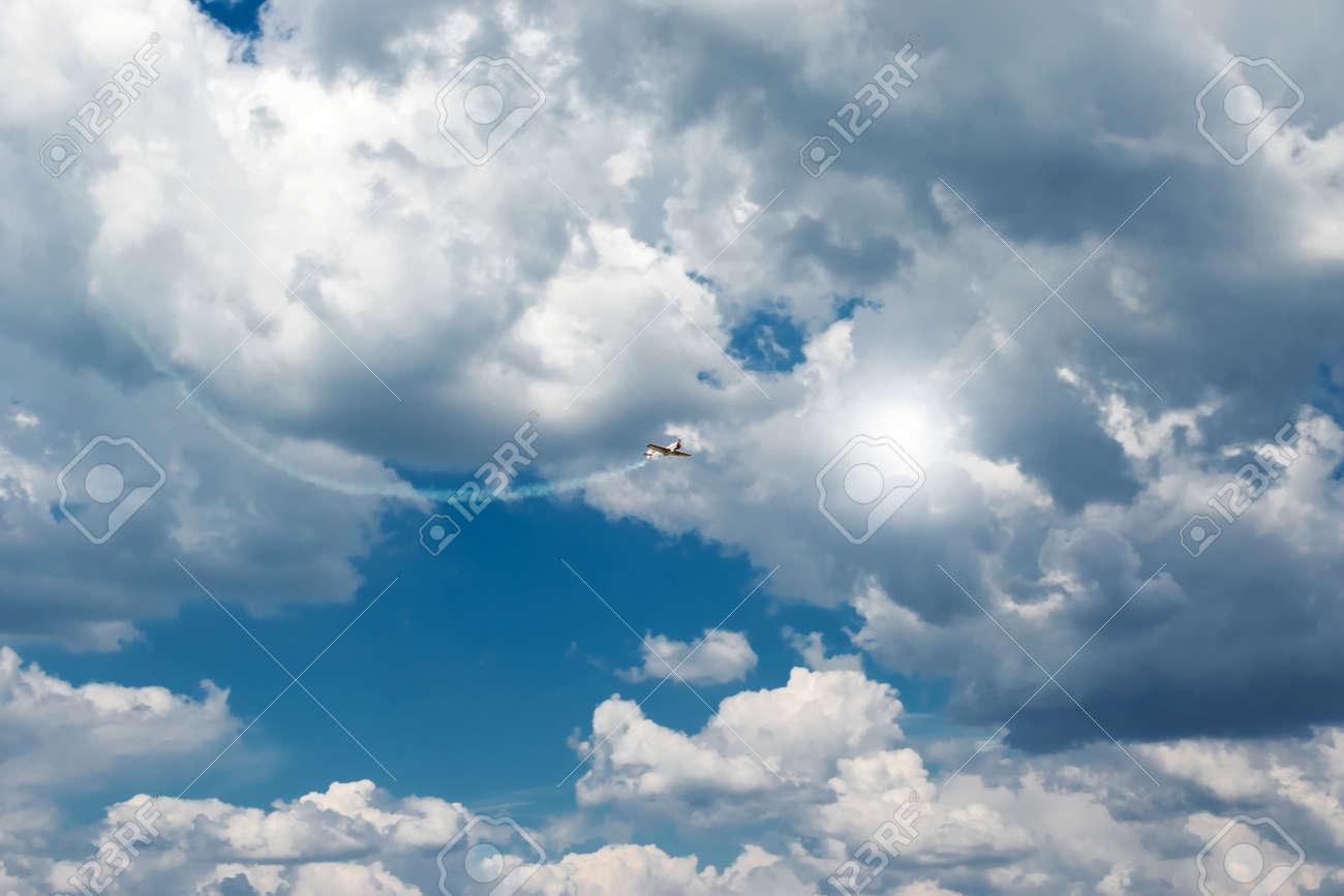 青い空に白い回飛行機雲煙を噴射...