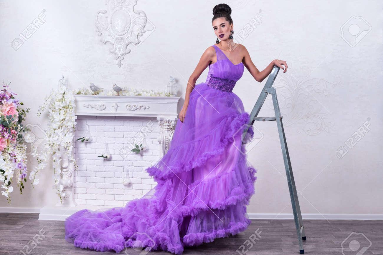 Escabeau Un Une Dans Robe Bal Sur En De MétalPortrait Studio Belle Femme Longue hQCtsrxd