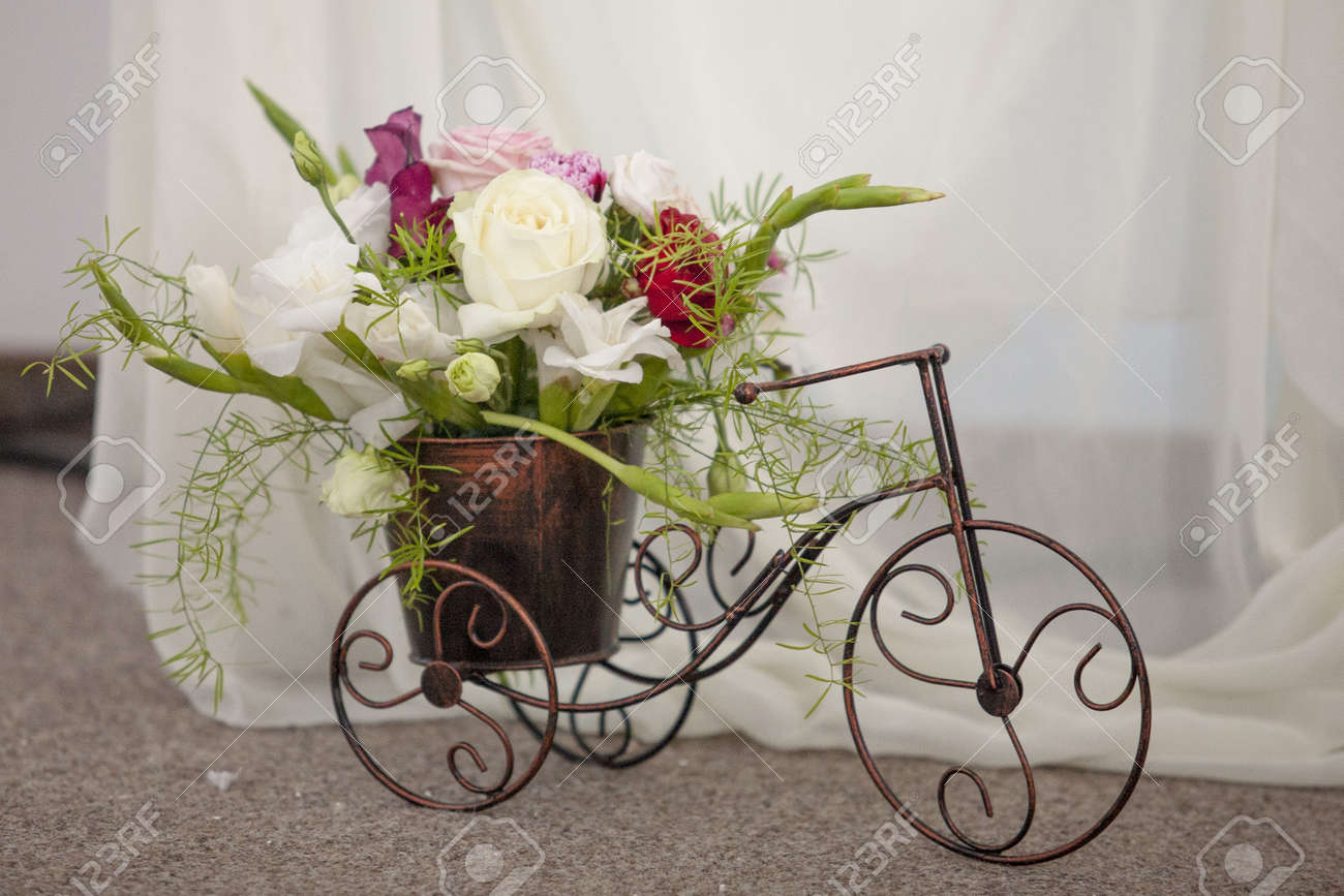 Wedding arrangement bouquet of flower on a bike royalty free stok stok fotoraf wedding arrangement bouquet of flower on a bike izmirmasajfo