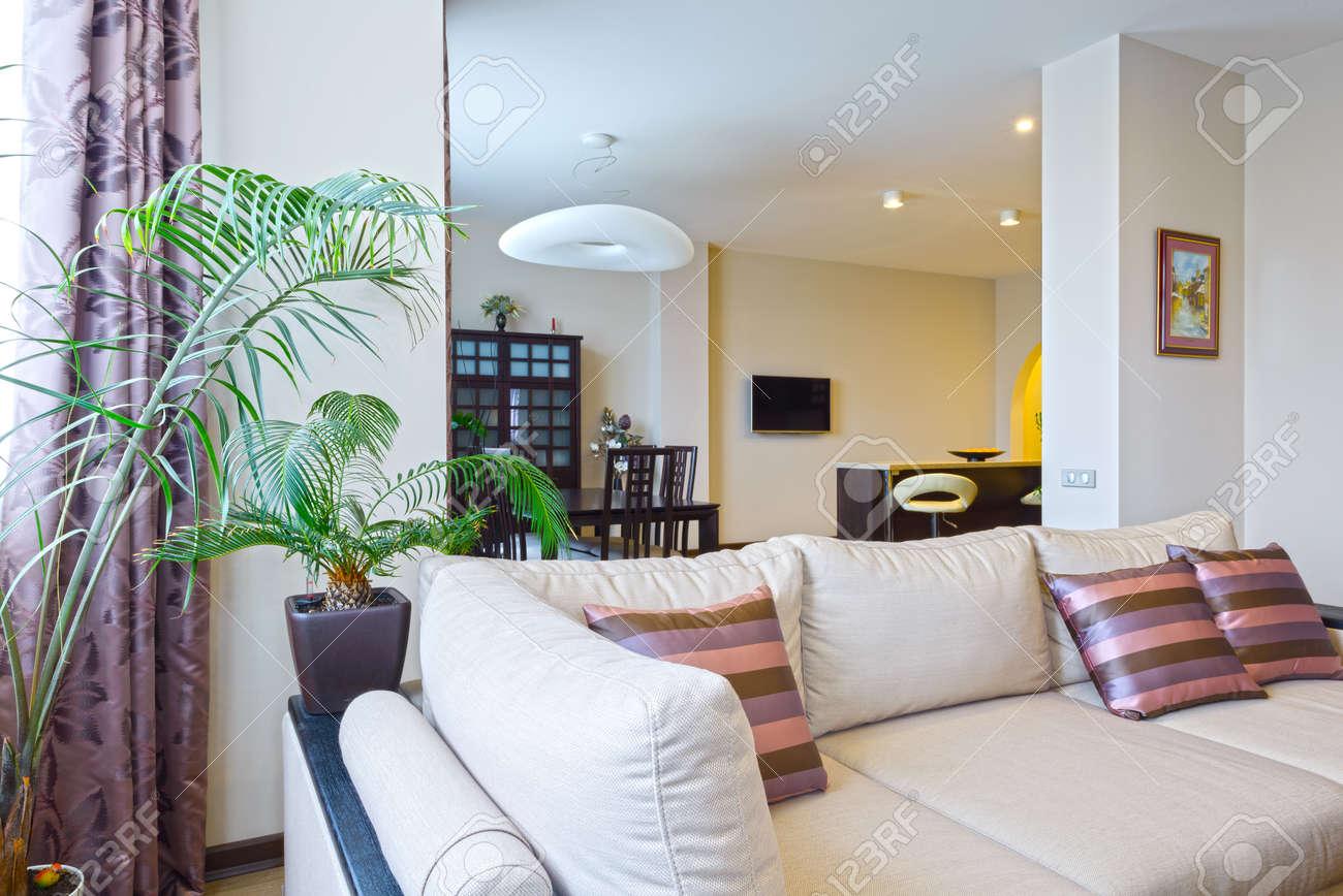 Das Innere Von Einem Schönen Wohnzimmer Mit Modernen Möbeln In Hellen Farben  Standard Bild