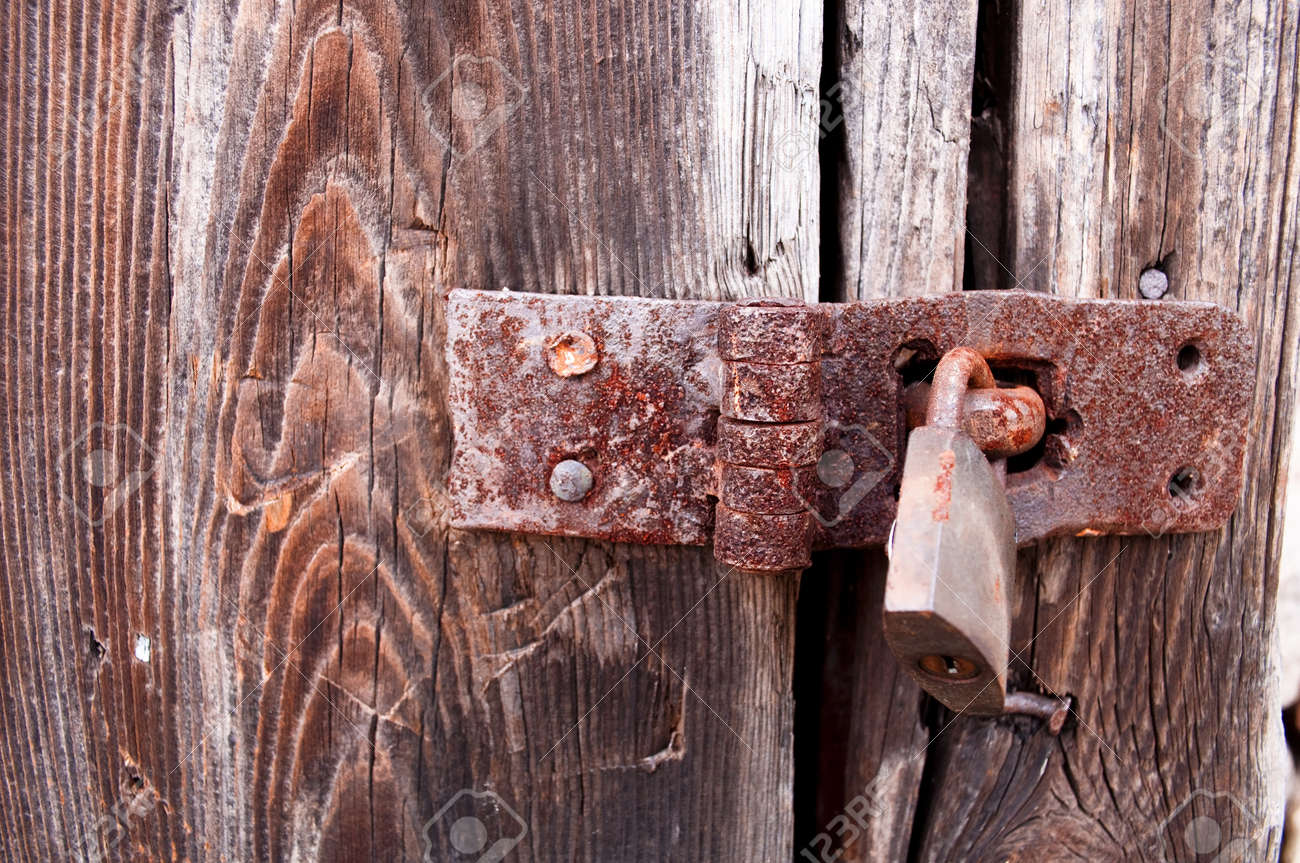 Rusty padlock Stock Photo - 12990077