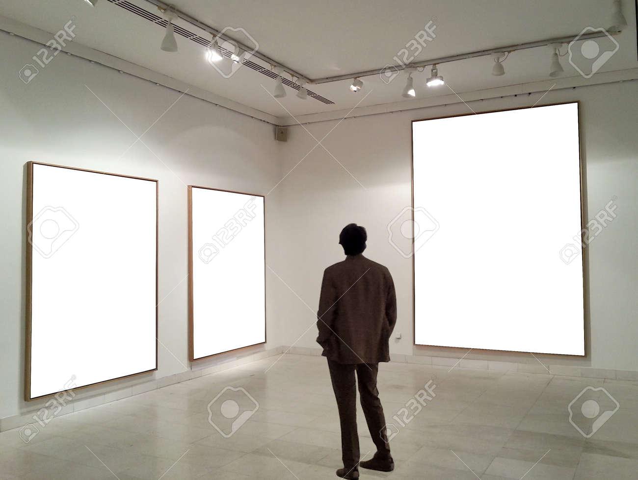 Hombre En Sala De La Galería Mirando Marcos Vacíos Fotos, Retratos ...