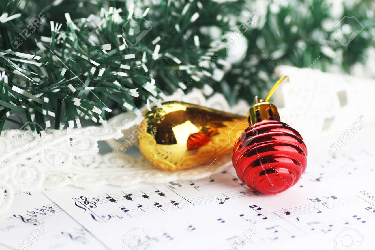 Weißes Blatt Papier Mit Noten Mit Weihnachtsmotiven Bedruckt ...