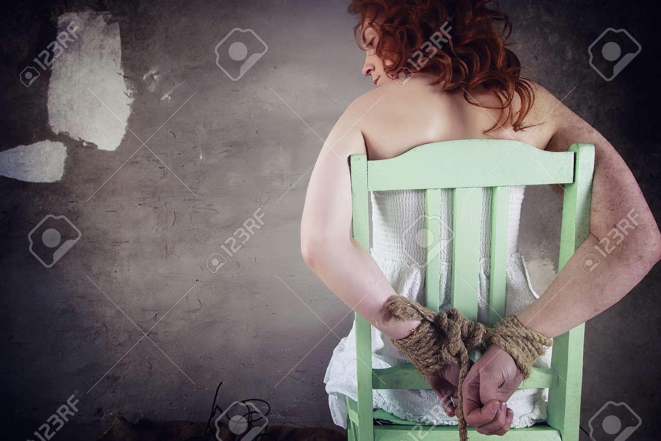 Fille Ligotée jeune fille ligotée sur le sol. la fille enlevée. la victime o