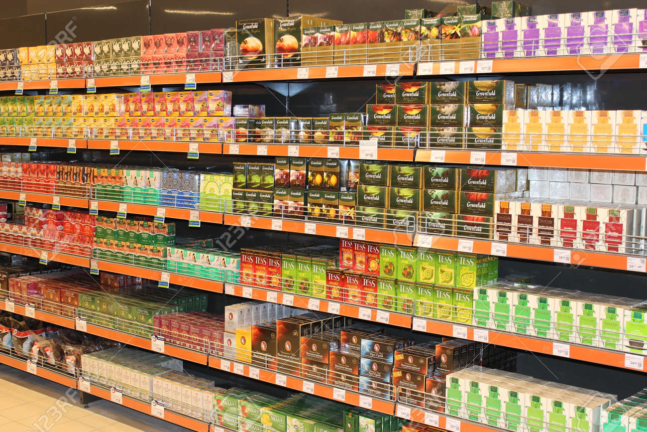 Foto Scaffali Supermercati.Un Sacco Di Pacchetti Di Te Diversi Sugli Scaffali Del Supermercato