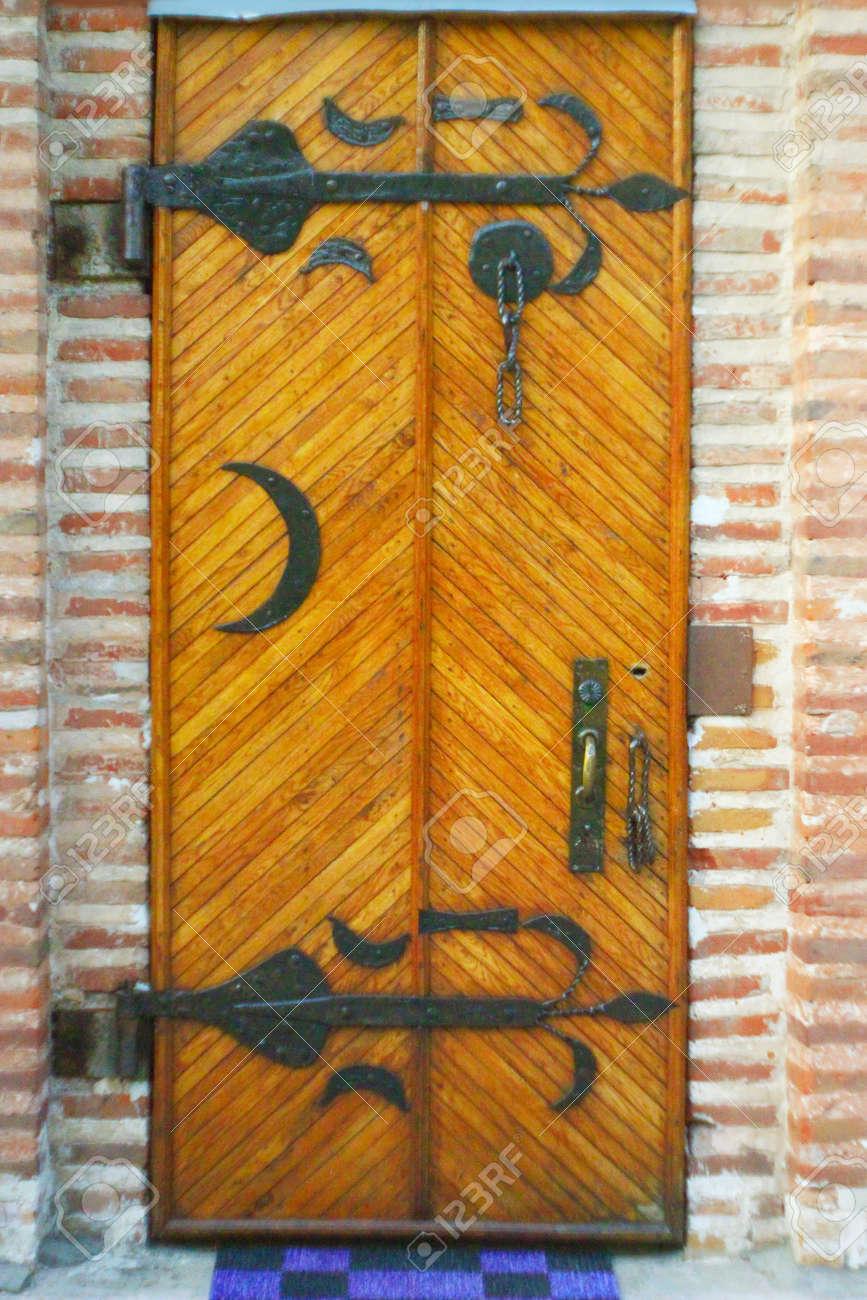 Hermosas Puertas De La Iglesia De Madera Con Patron Metalico