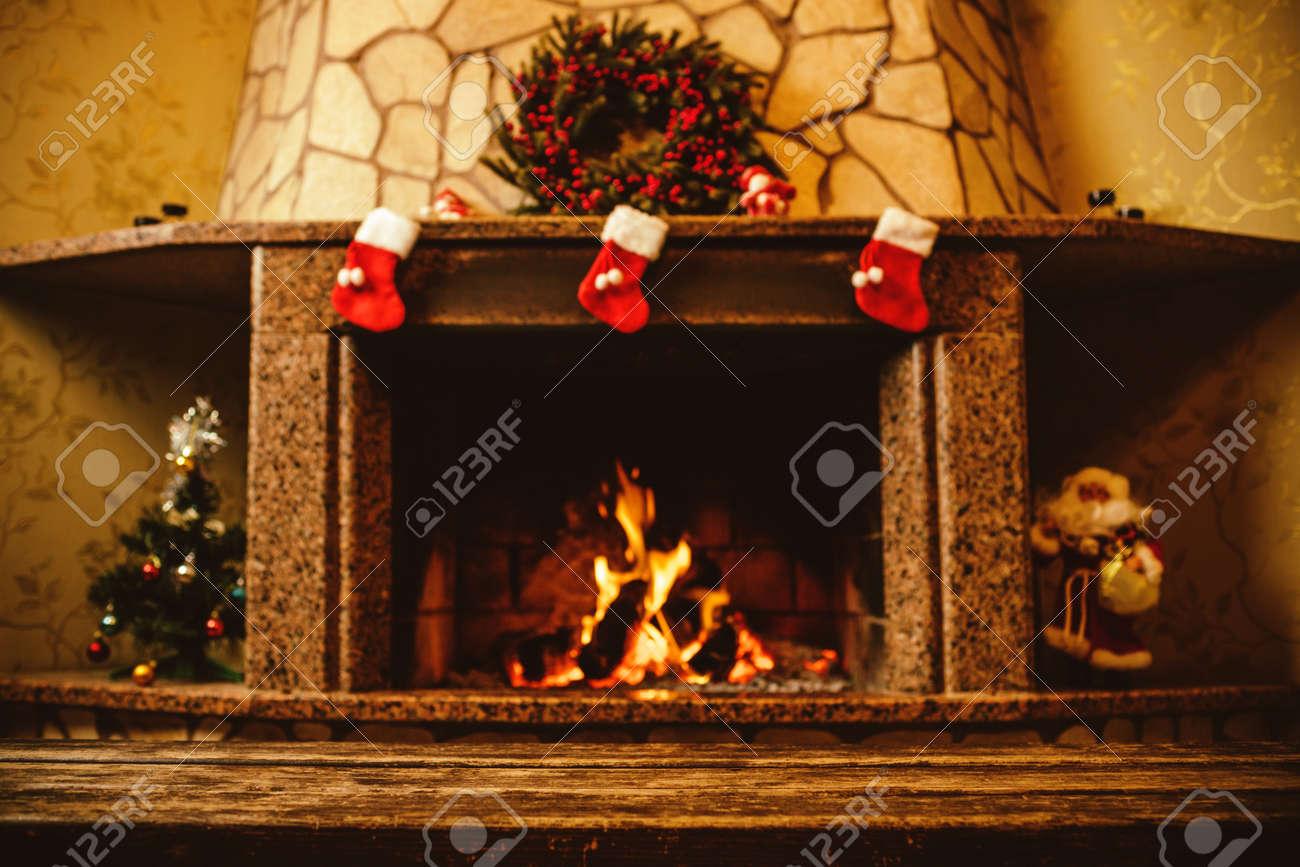 cheminée chaud décoré pour noël avec du vrai bois brûler en elle