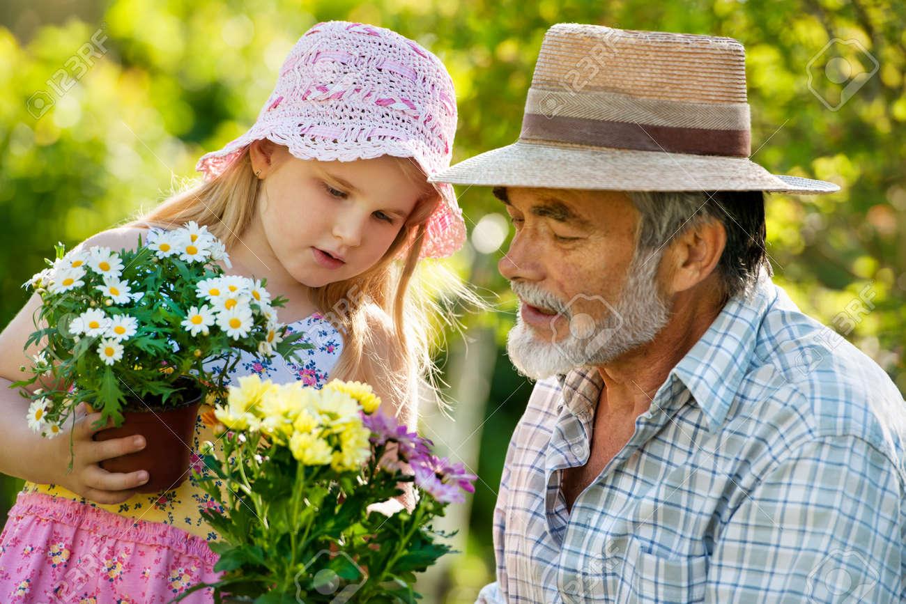 Смотреть дедушка с внучкой 10 фотография