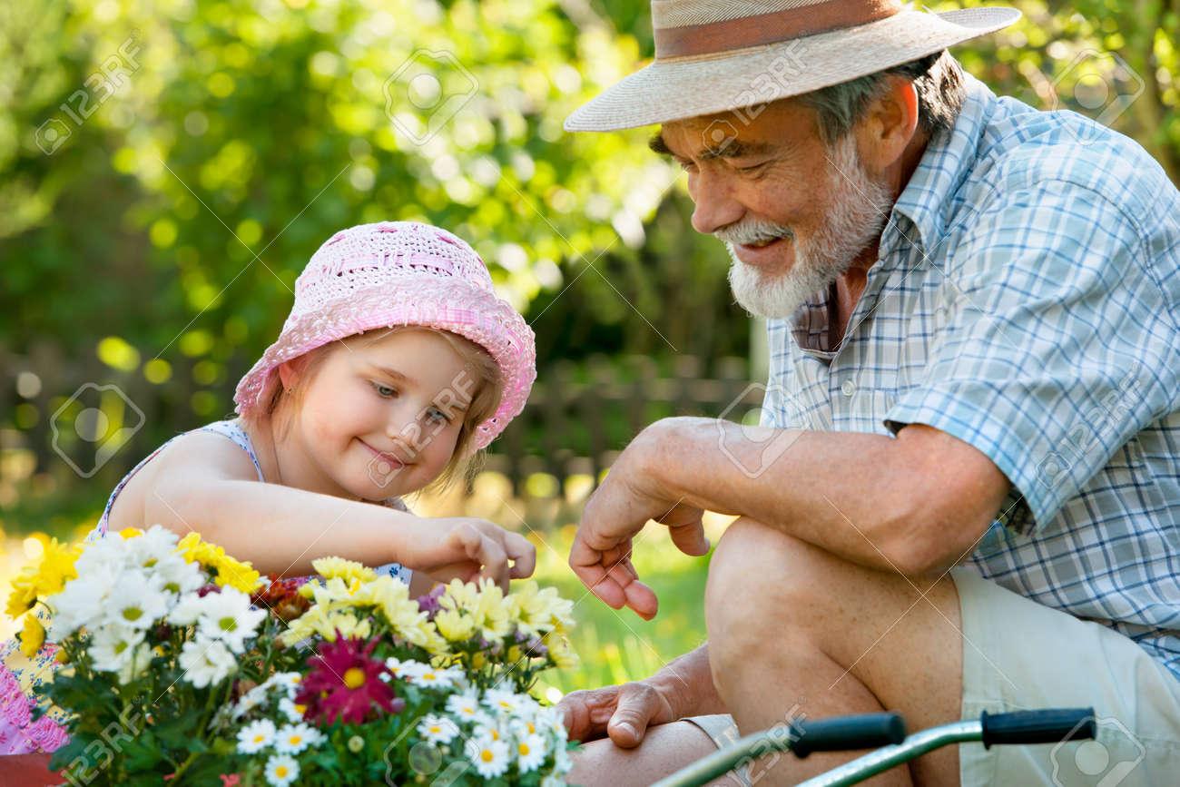 Смотреть дедушка с внучкой 21 фотография