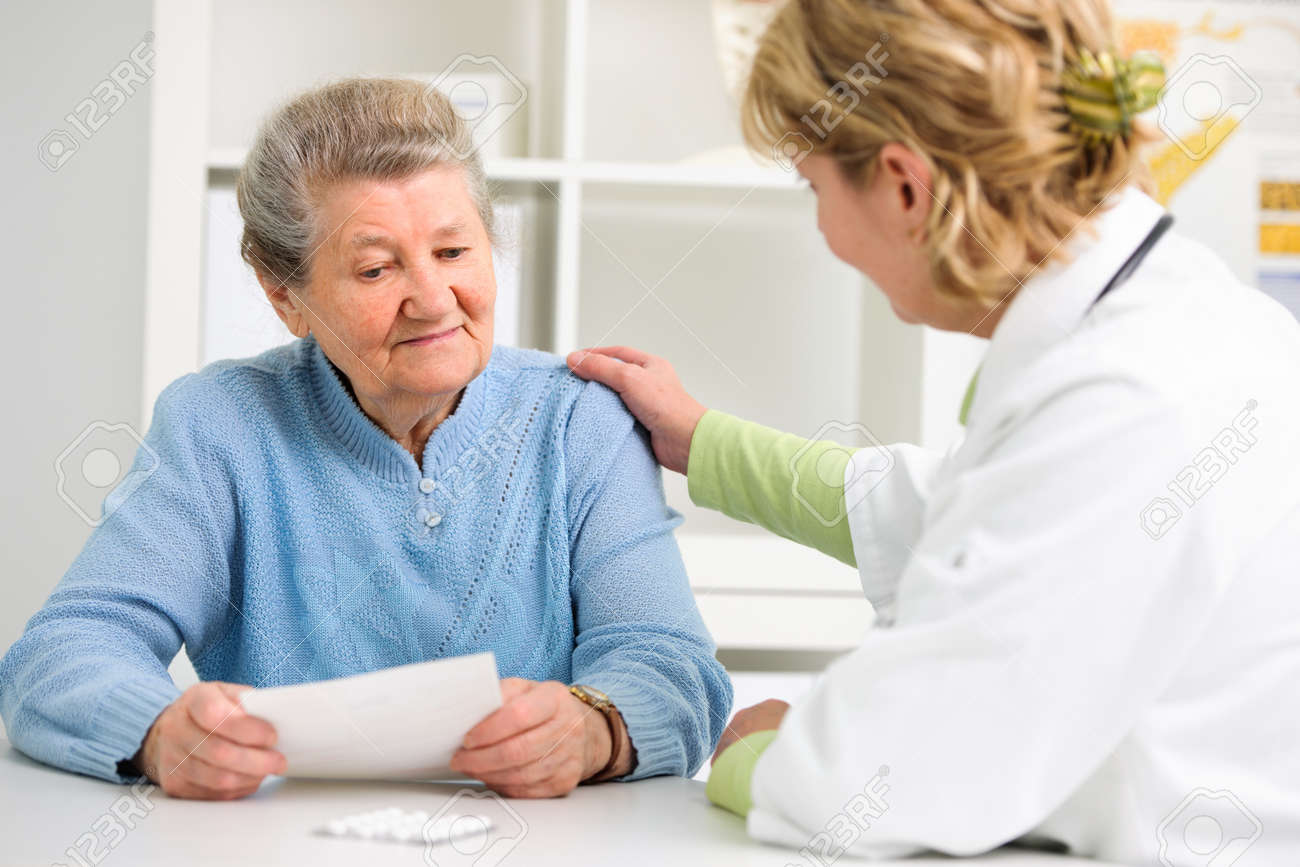 doctor explaining diagnosis to her female patient Standard-Bild - 21406327