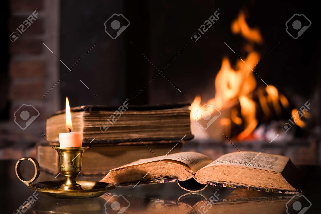 """Expresa tu momento """" in situ """" con una imagen 24202328-Una-Biblia-abierta-con-una-vela-encendida-en-frente-de-la-chimenea-Foto-de-archivo"""