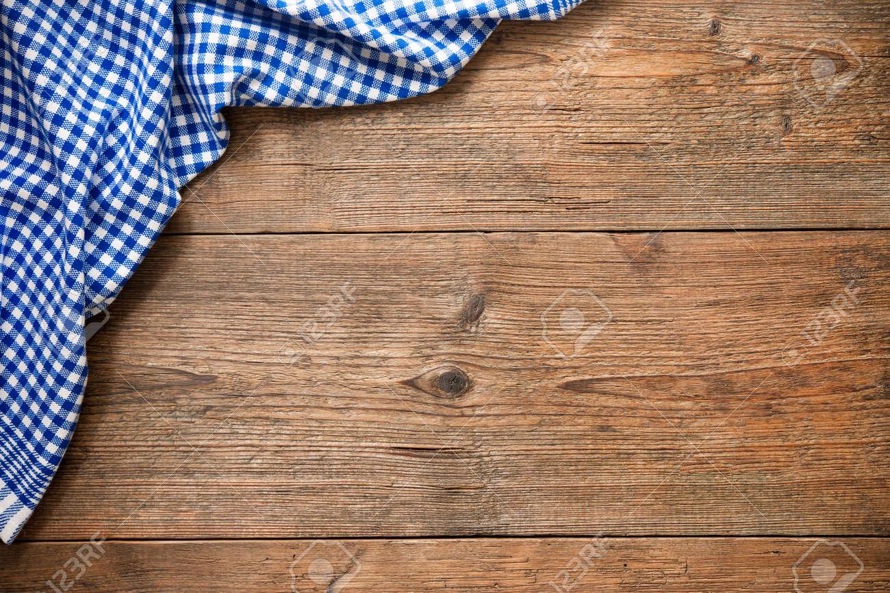mesas de madera mantel a cuadros azul en la mesa de madera foto de archivo