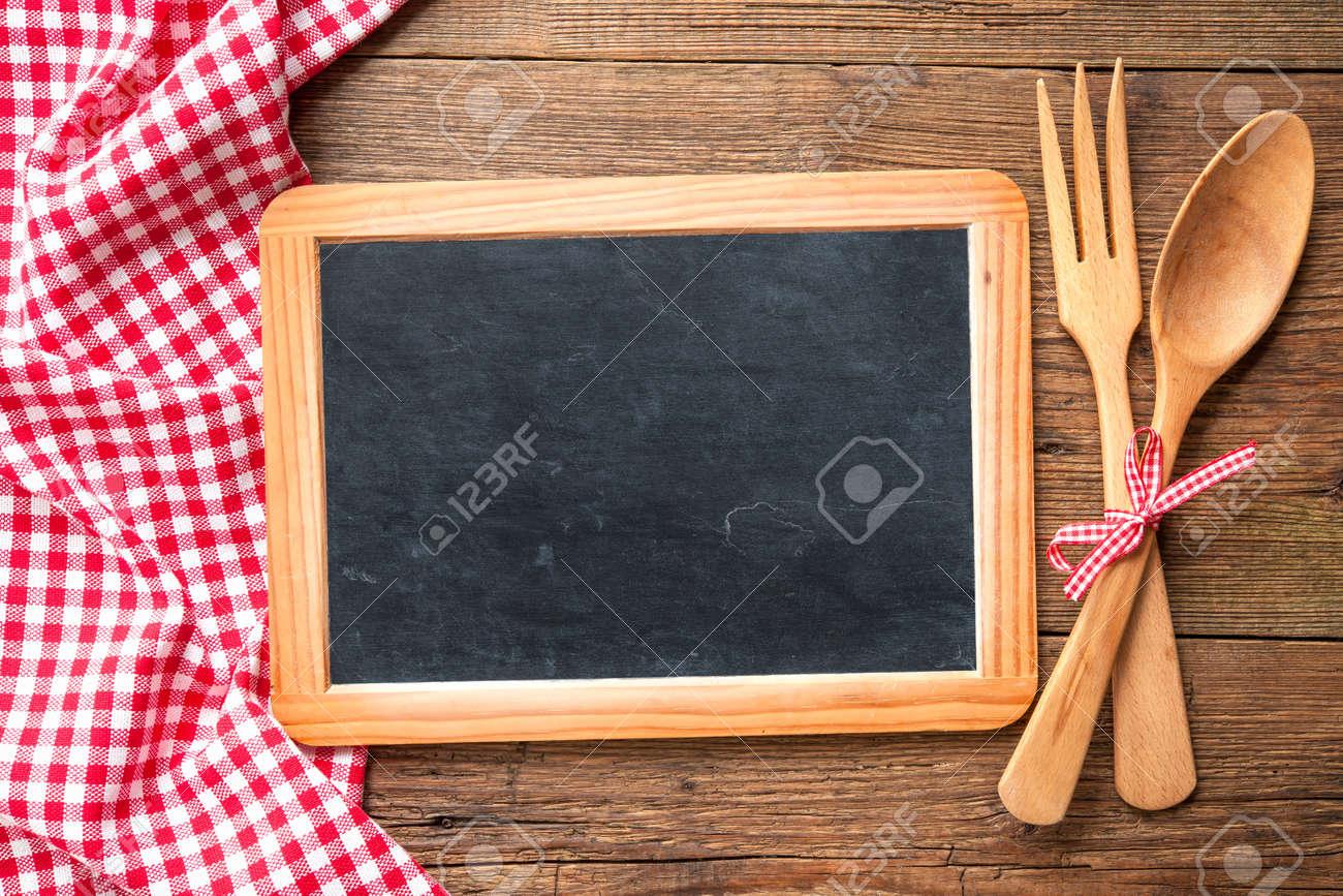 Ustensiles De Cuisine Sur Un Tableau Noir Avec Une Nappe Rouge A