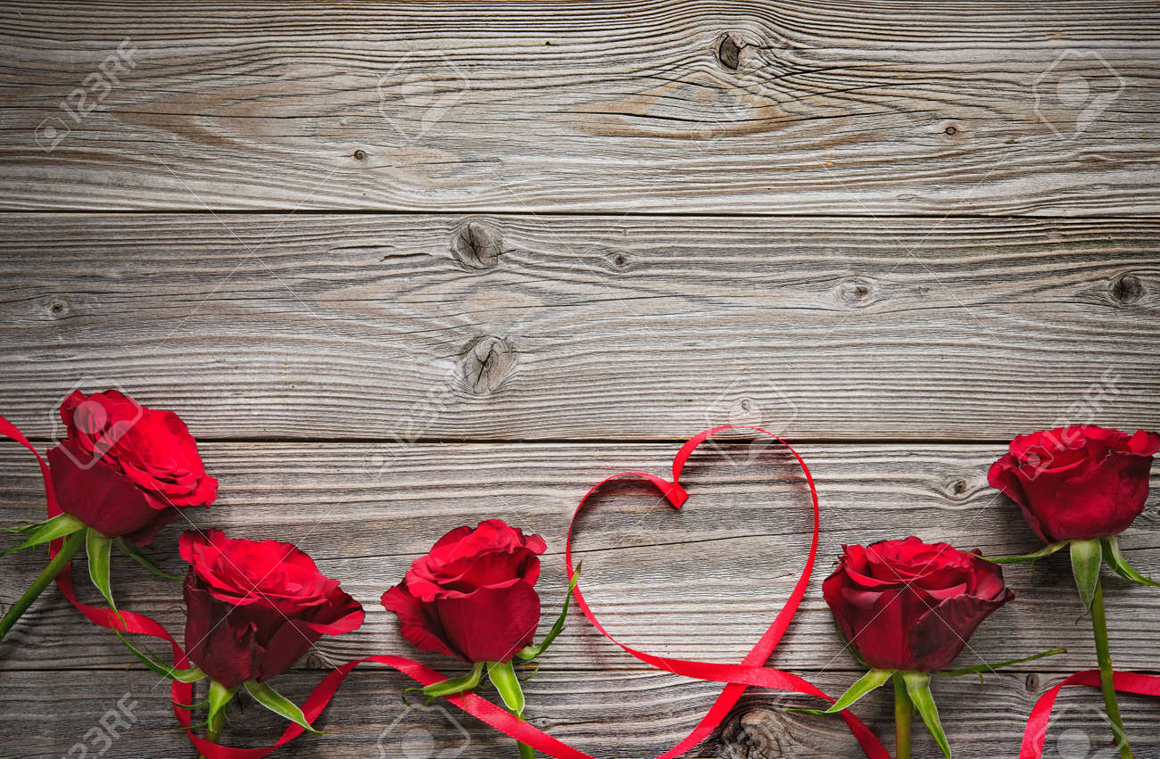 Red roses on wooden board, Valentines Day background Stock Photo - 50773446