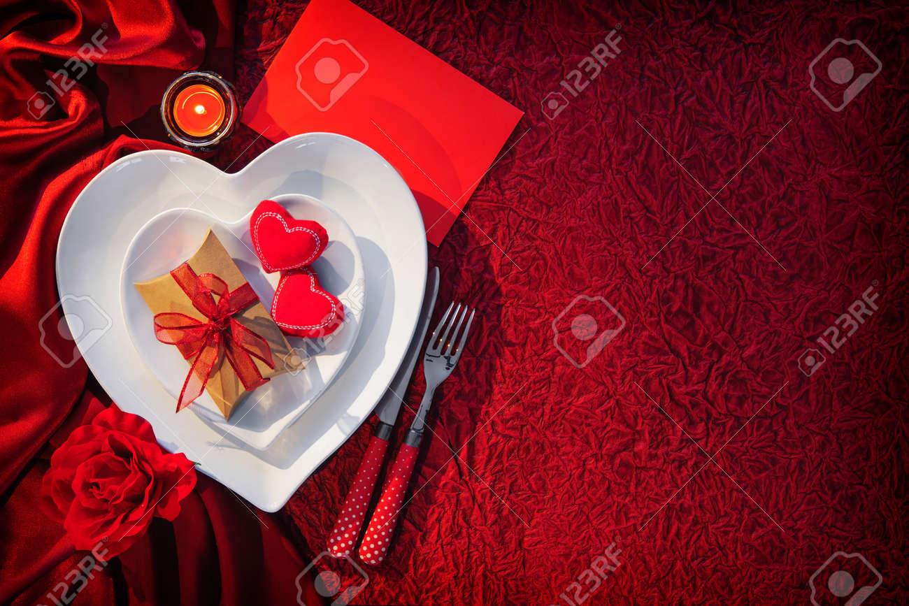 décor de table romantique pour la st valentin banque d'images et