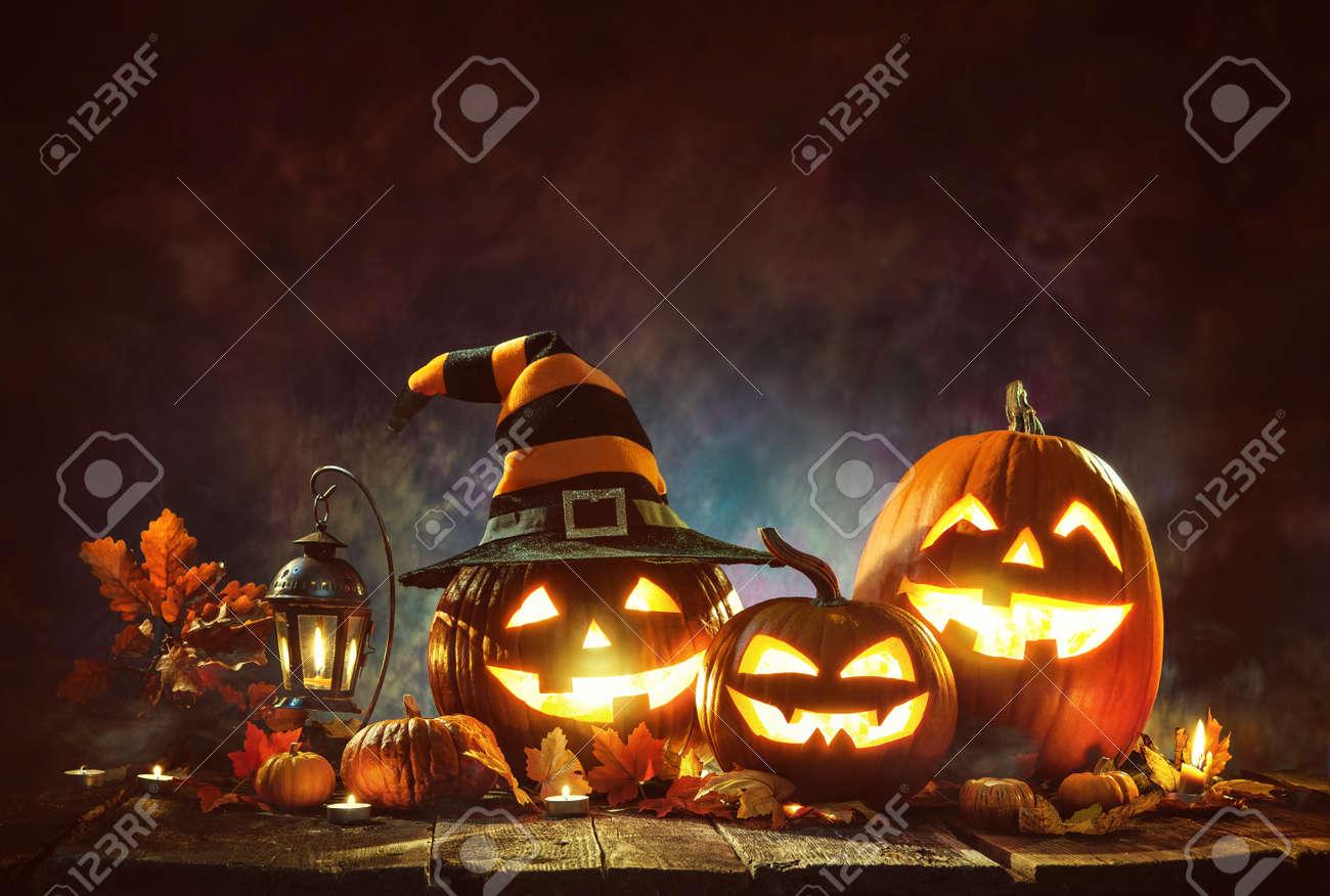 Candle lit Halloween pumpkins - 87180640