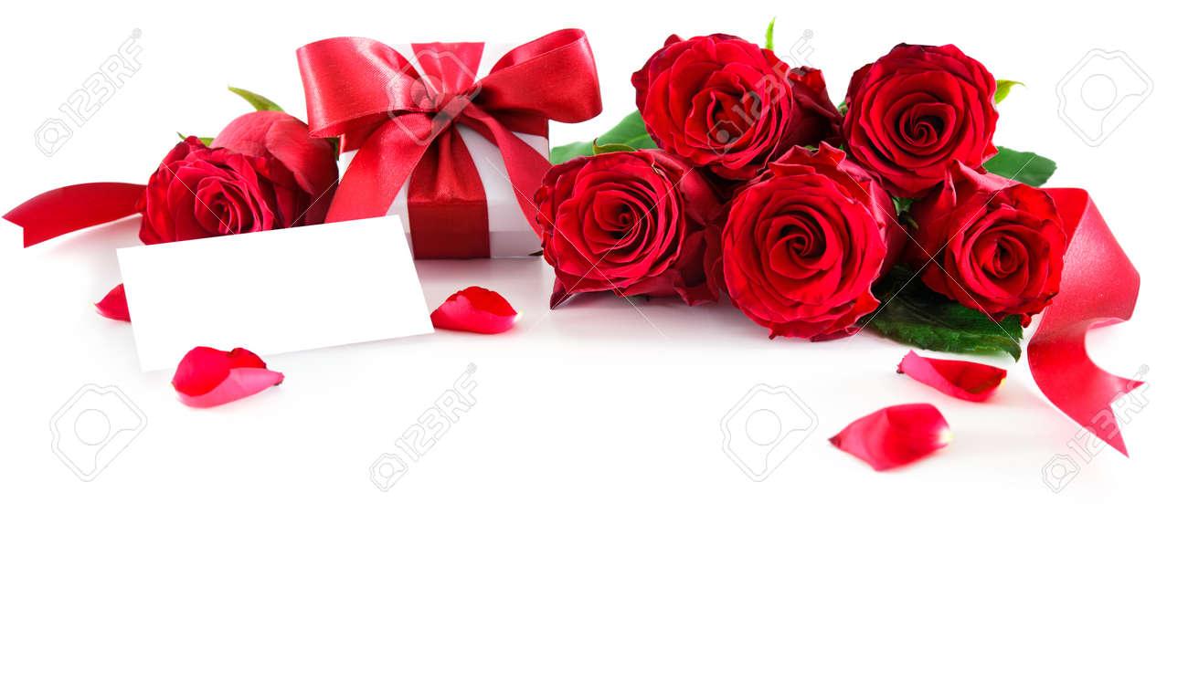 Bouquet De Roses Rouges Et Coffret Cadeau Avec étiquette Vide Isolé Sur Fond Blanc Saint Valentin Fête Des Mères Joyeux Anniversaire Anniversaire