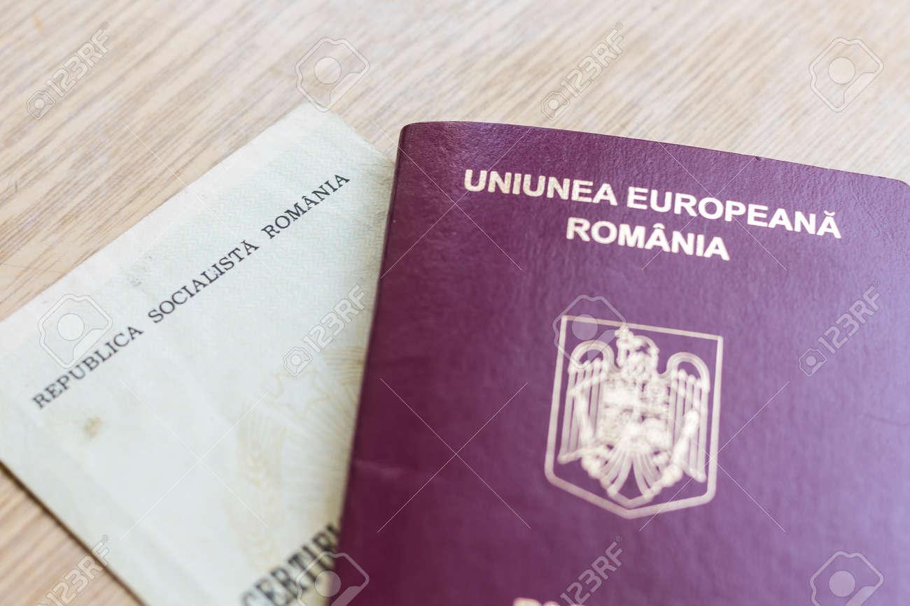 Rumänischer EU-Pass Und Sozialistische Republik Geburtsurkunde ...