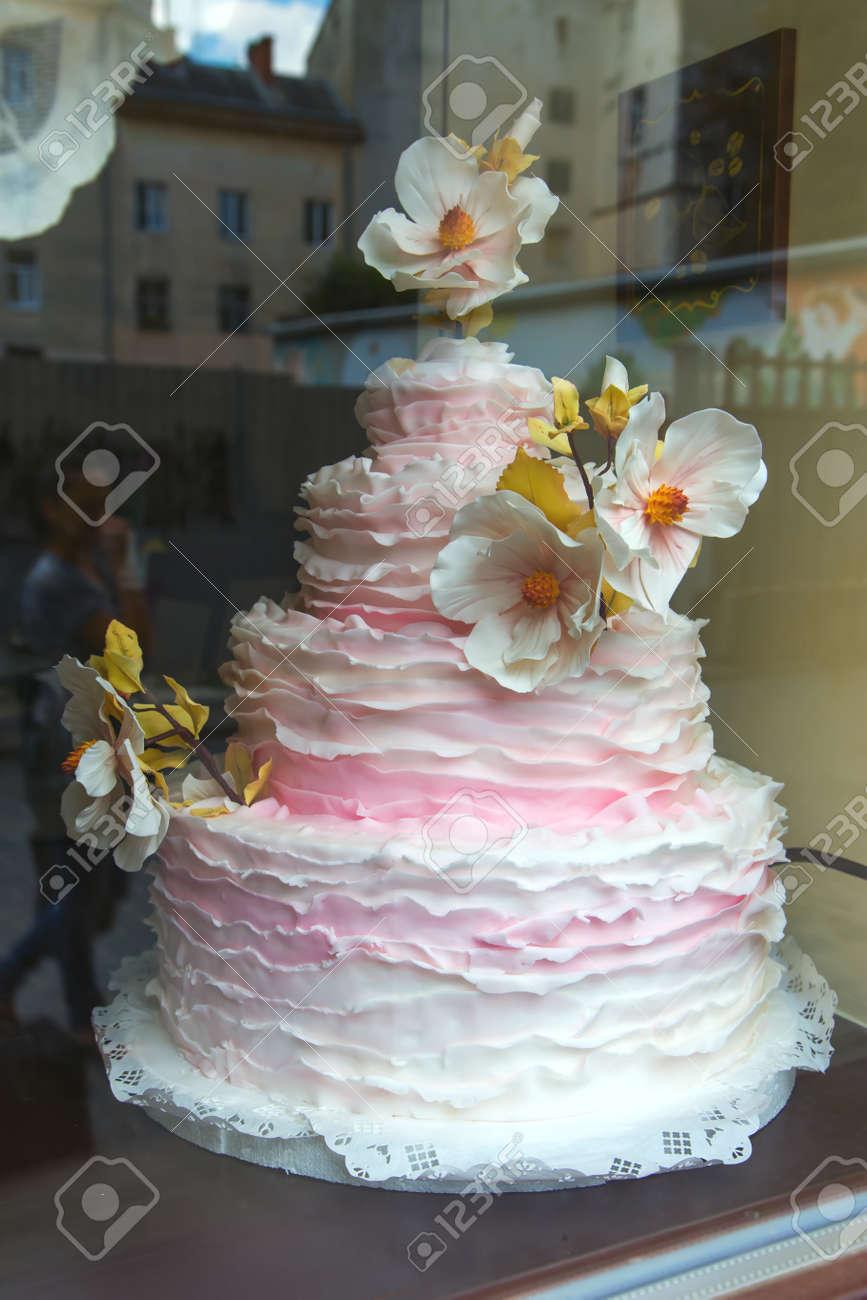 Gâteau De Mariage Rose Et Blanc à 4 Niveaux Avec Des Fleurs Tendance De Mariage Dessert Crémeux