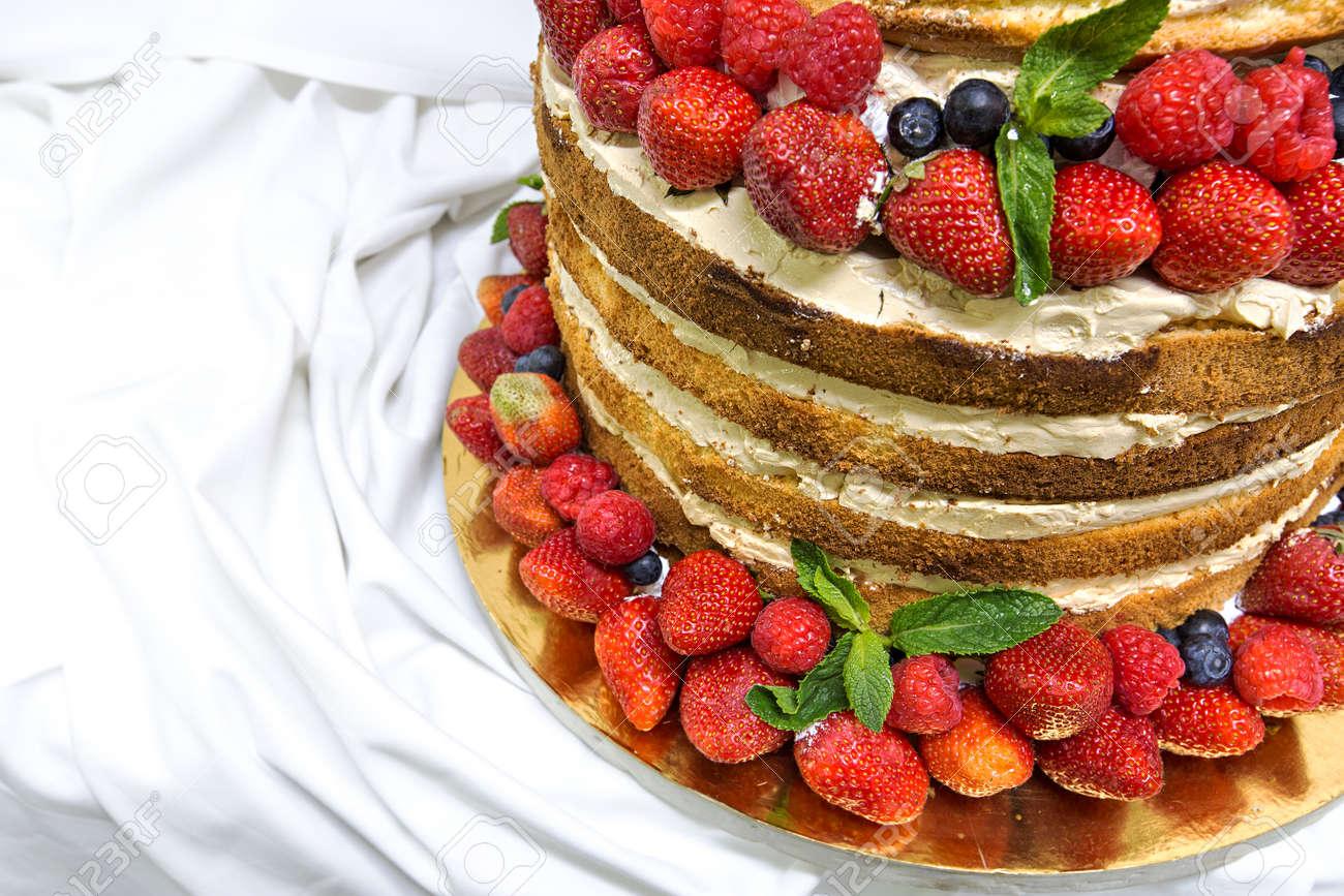Hochzeitstorte Mit Offenen Biskuit Shortcakes Sahne Und Fruchten