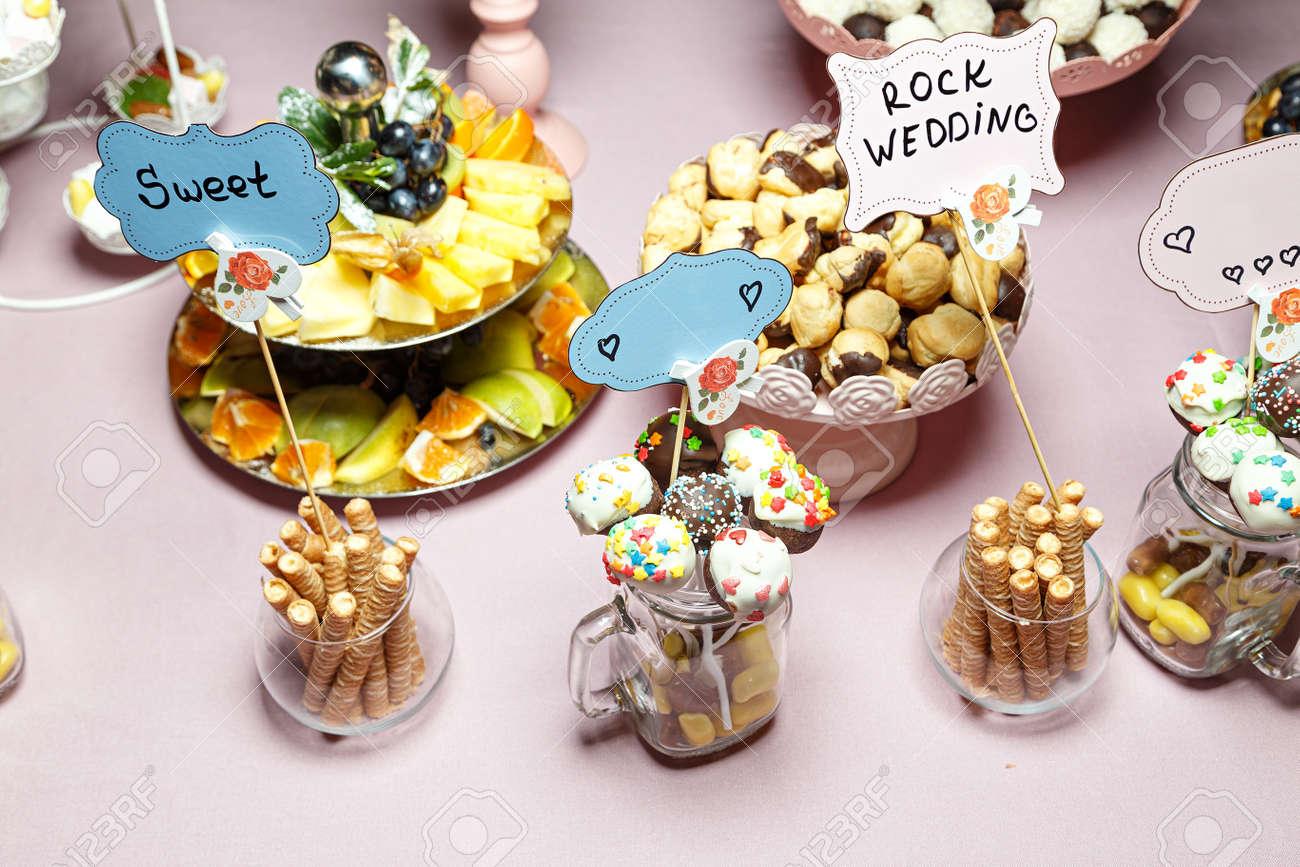 Candy Bar Mit Bunten Sussigkeiten Bei Einer Hochzeit Lizenzfreie