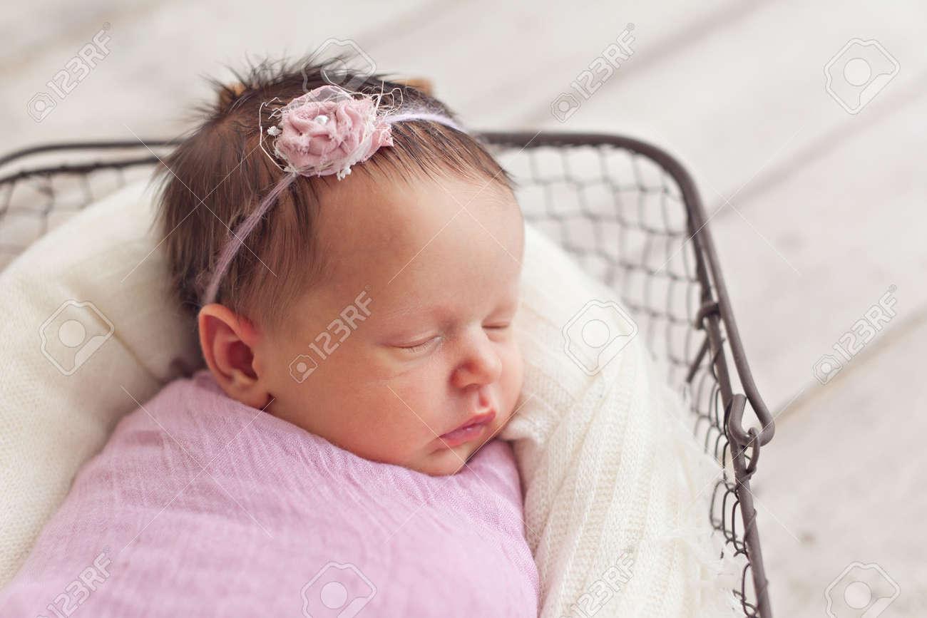 Bebé recién nacido niña posando en la cesta Foto de archivo - 42174080 c4188b18eb7