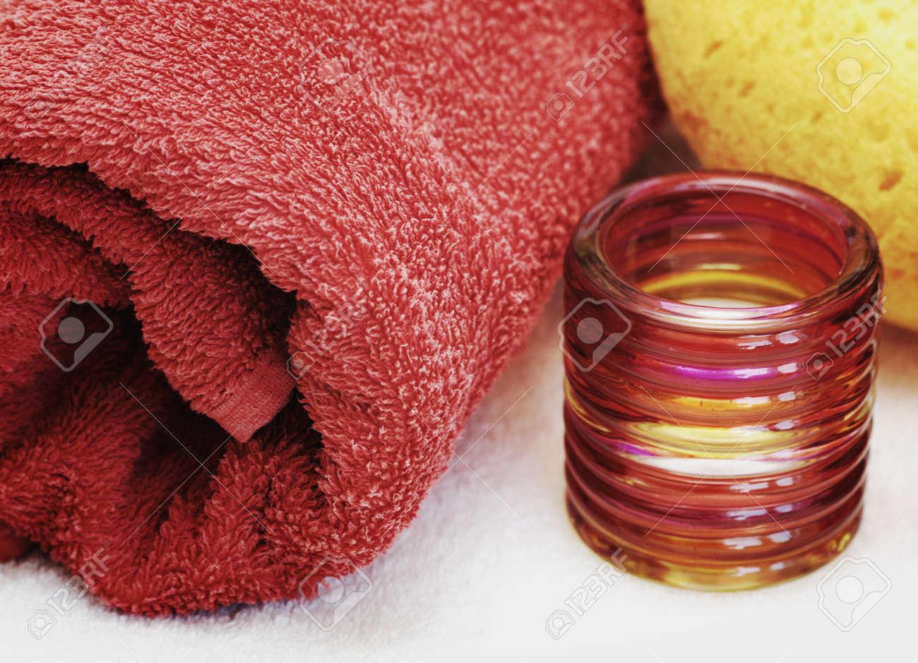 Accessoires pour salle de bain, une serviette rouge et une débarbouillette
