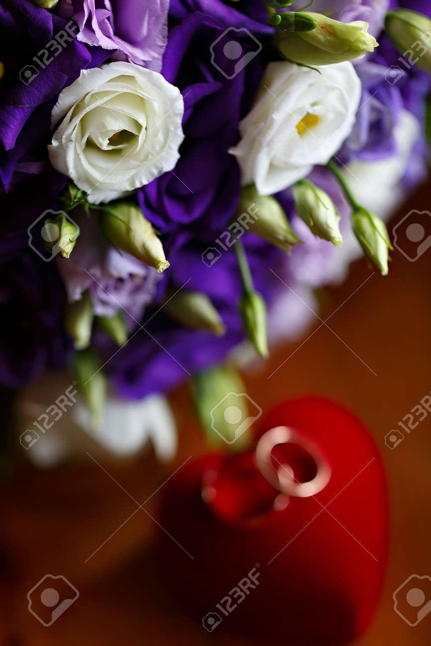 Schone Brautstrauss Aus Lilien Und Rosen An Einer Hochzeit