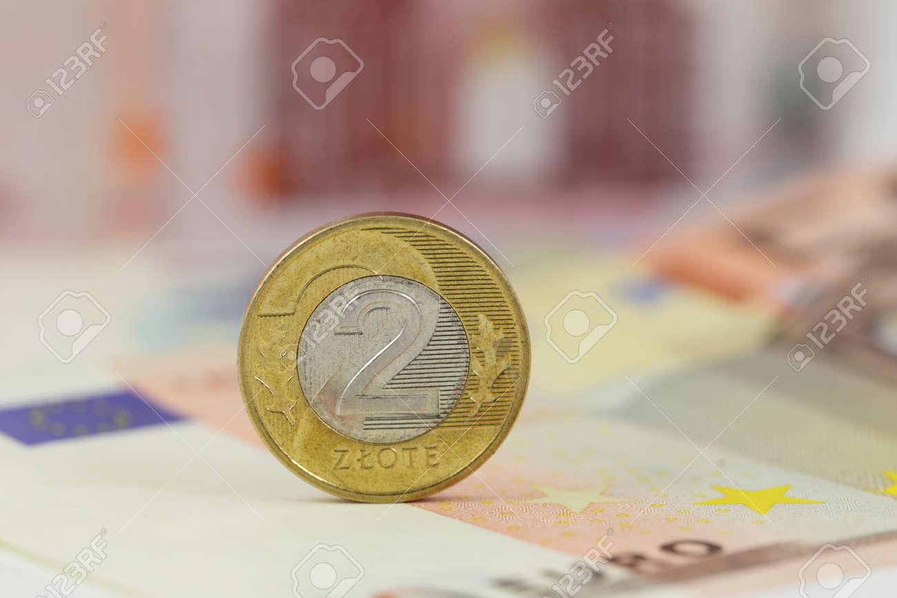Polnische Münze 2 Zloty über Eurobanknoten Polen Und Eu Geld