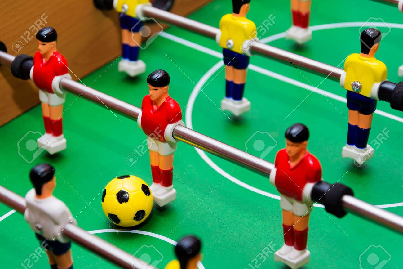 Juego De Futbol De Futbol De Mesa De Cerca Bola Amarilla Fotos
