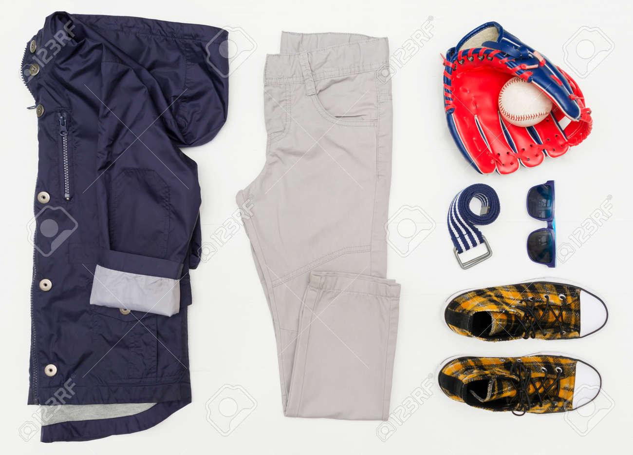 bd73cff489b6d Banque d images - Look tendance mode vue de dessus des vêtements pour  enfants sur un fond en bois blanc. Mode enfantine Printemps