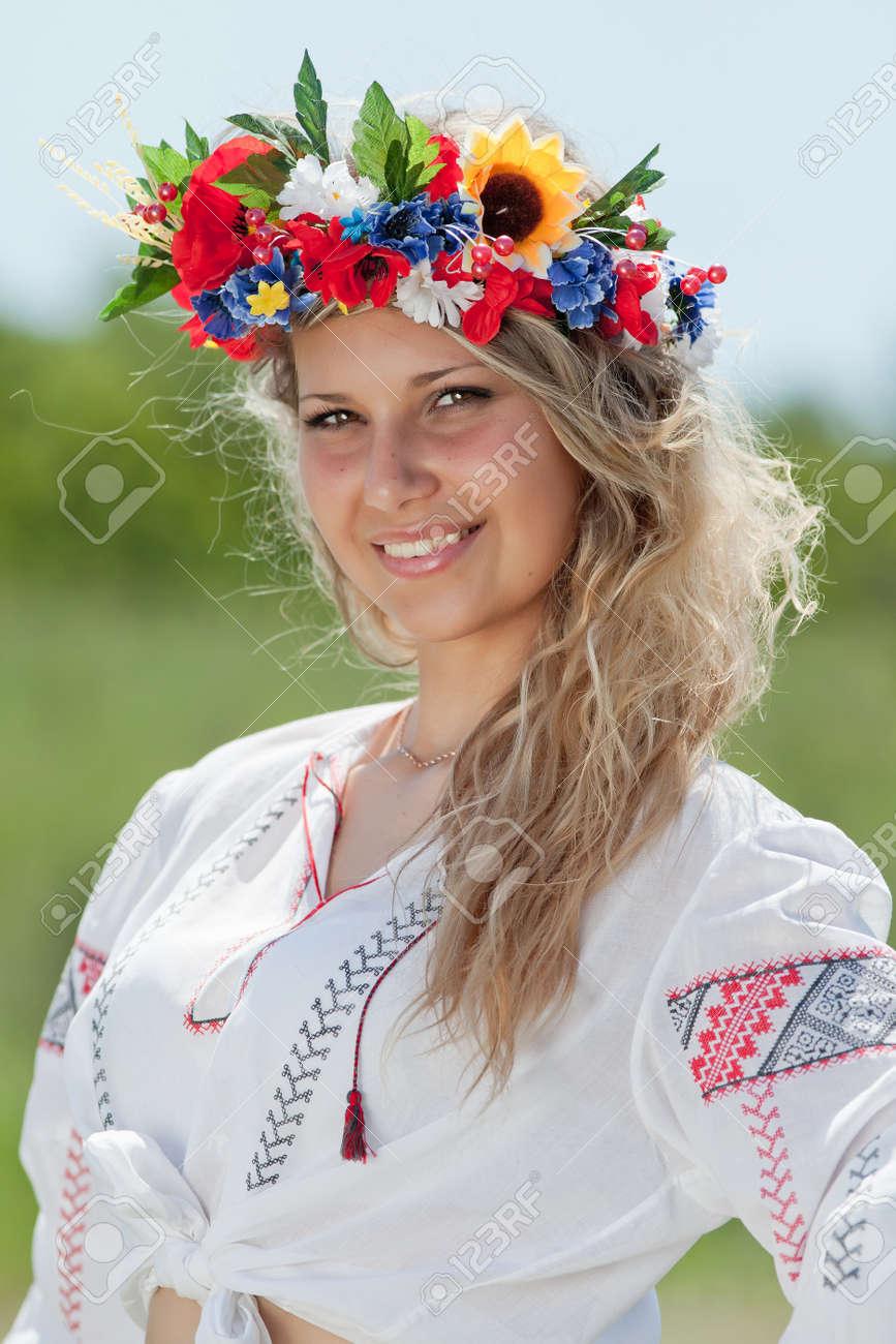 Девушка в венке вышивка