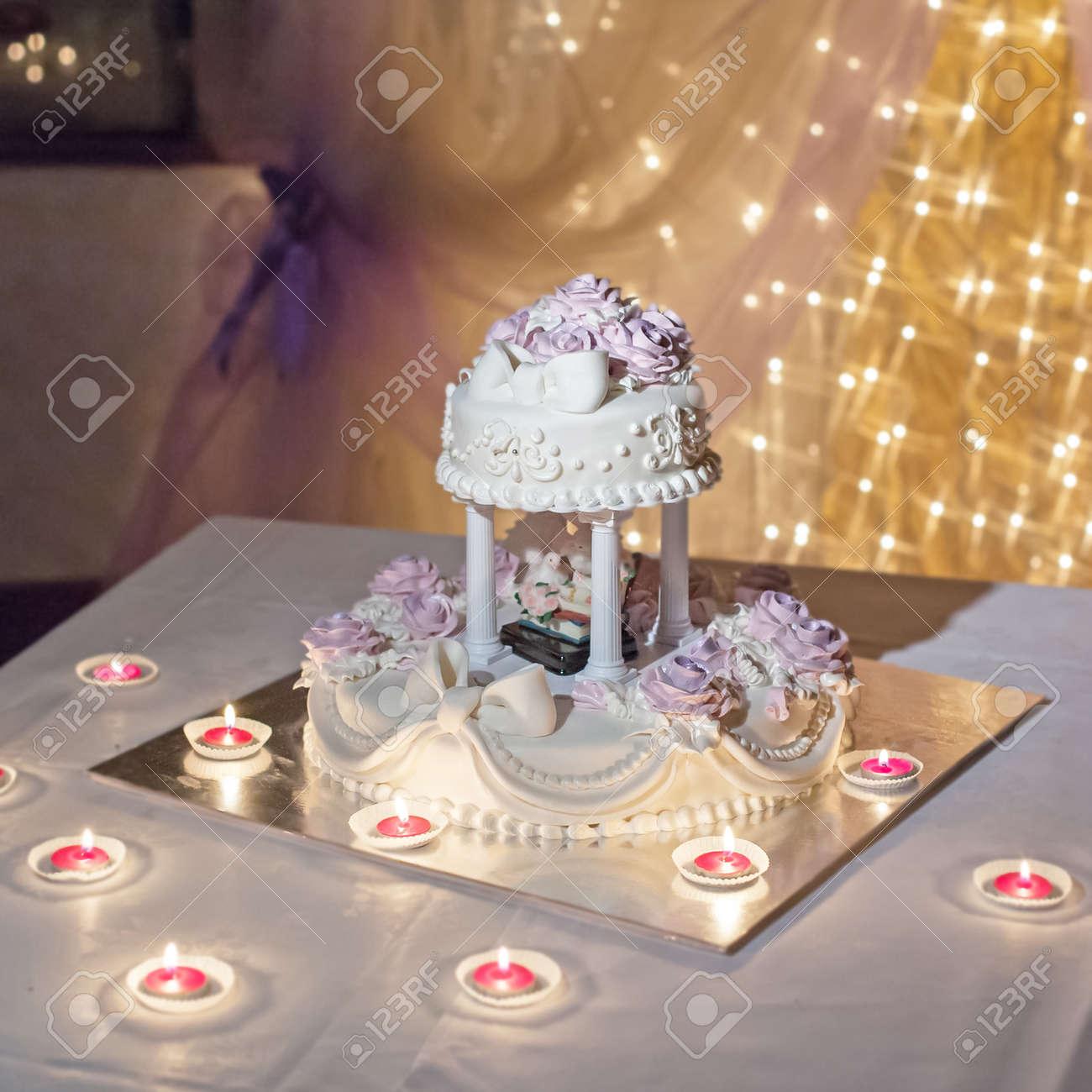 pastel de bodas en la mesa decorada foto de archivo