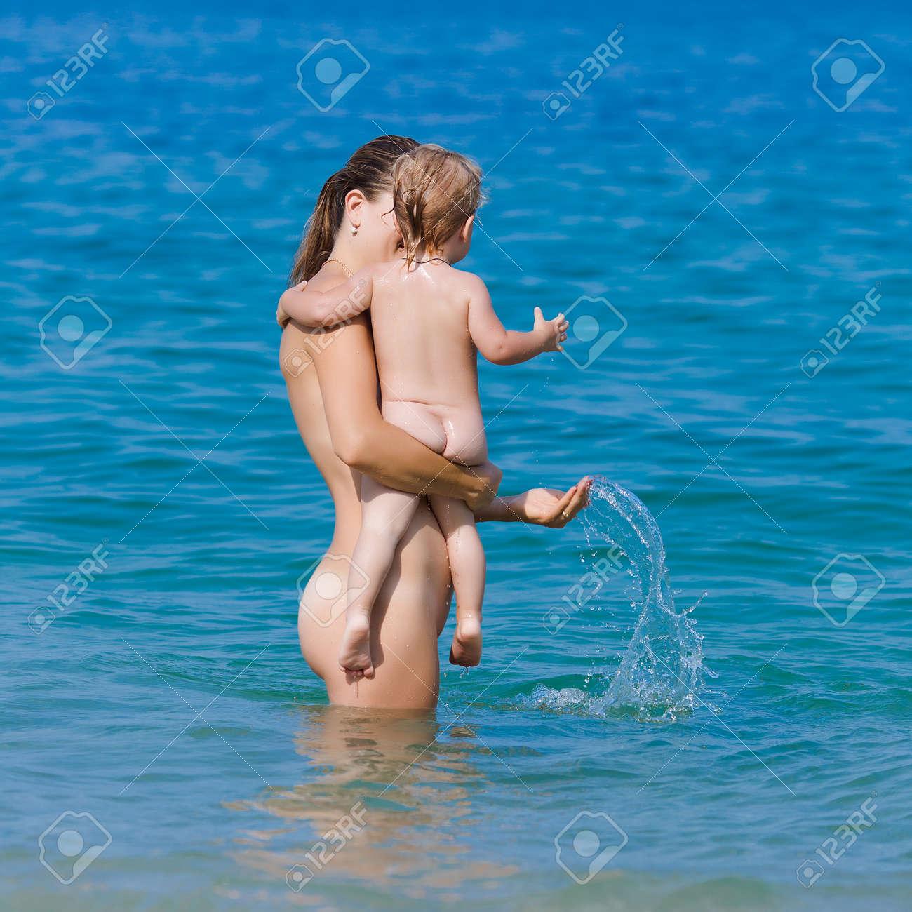 Обнаженный Отдых Матери С Сыном