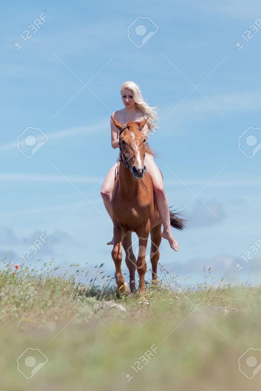 Mujer desnuda a caballo Nude Photos 24