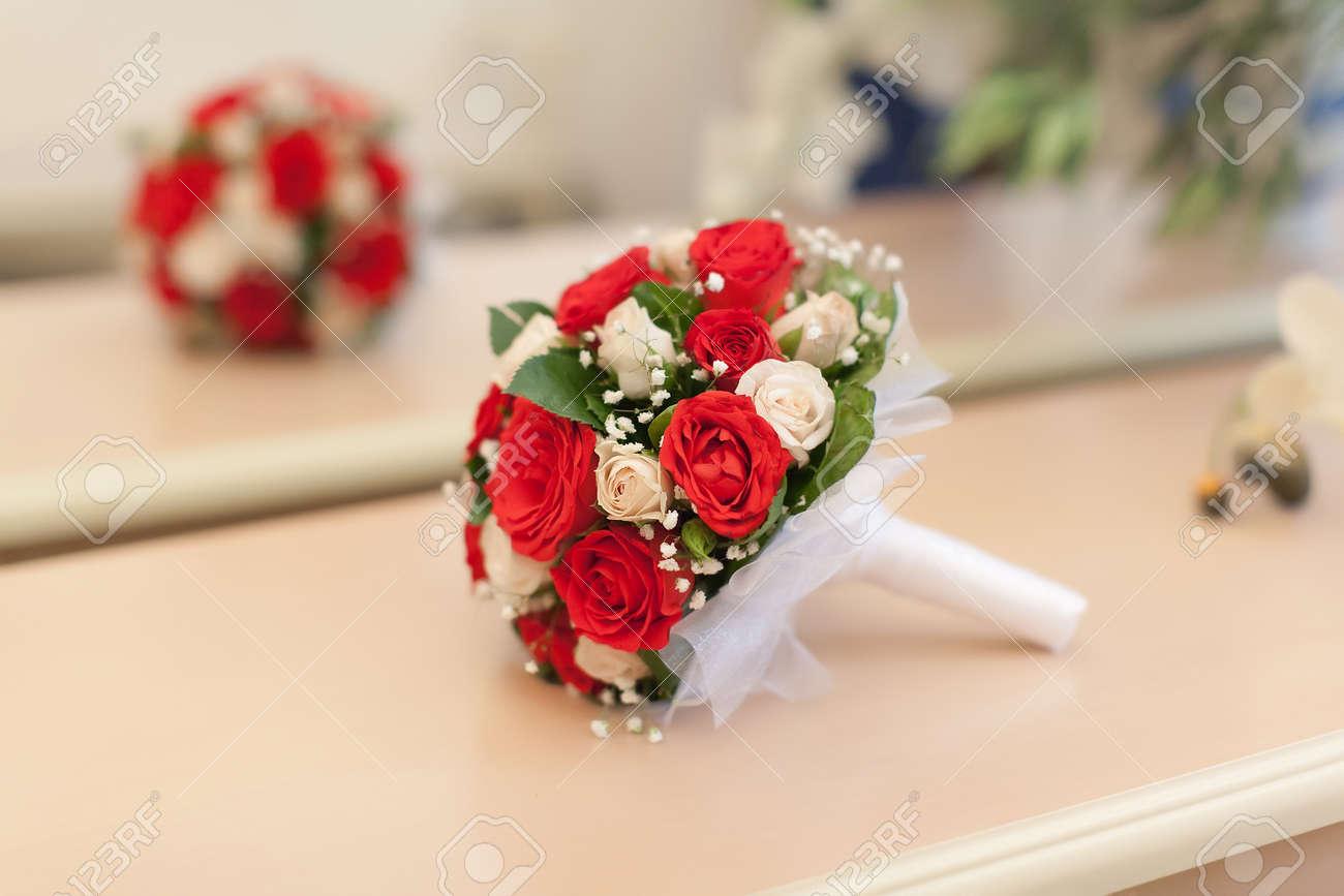 Brautstrauss Schoner Brautstrauss Aus Weissen Und Roten Rosen Ist Vor