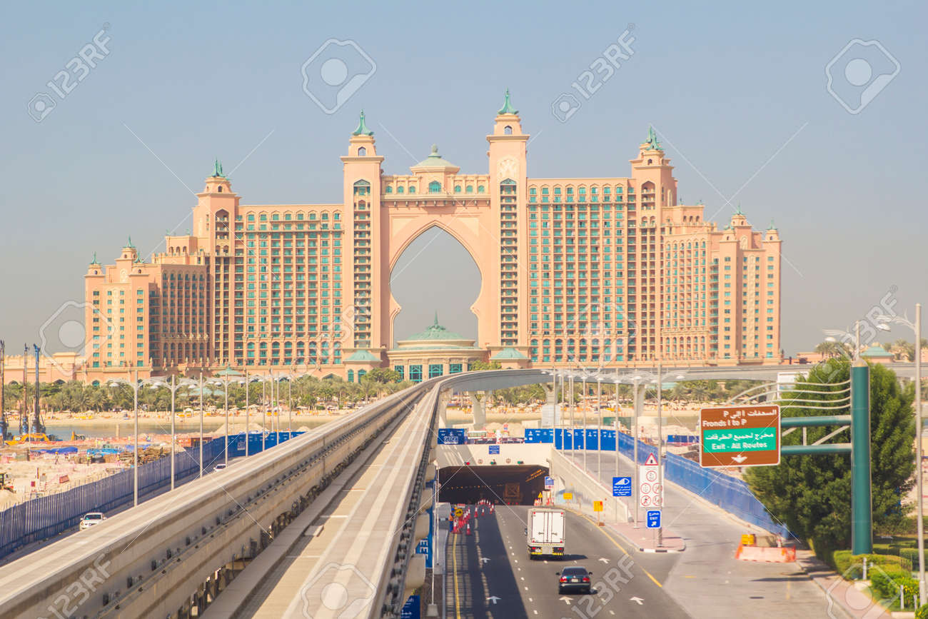 Hotel Atlantis Monorail To The Hotel Atlantis At The Palm Jumeirah In Dubai Stock