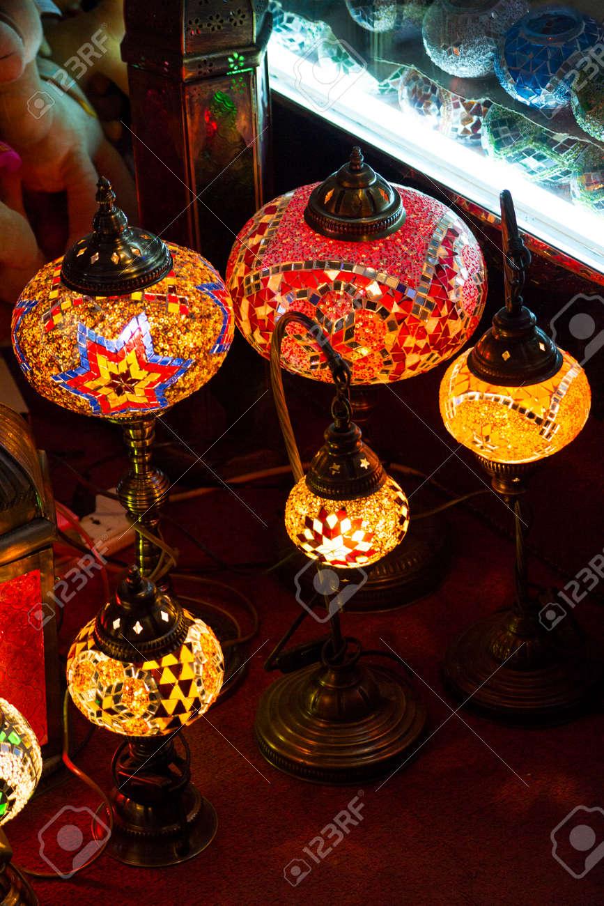 Lampes élégantes arabes sur le souk des épices à Dubaï