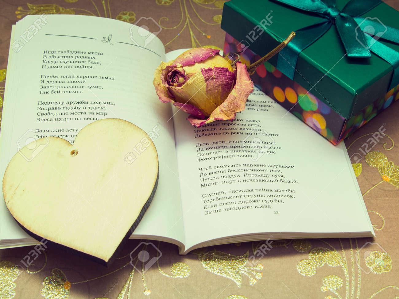 Vorbereitung Für Den Valentinstag: Ein Gedicht, Ein Herz Aus Holz,  Getrockneten Rosen Und