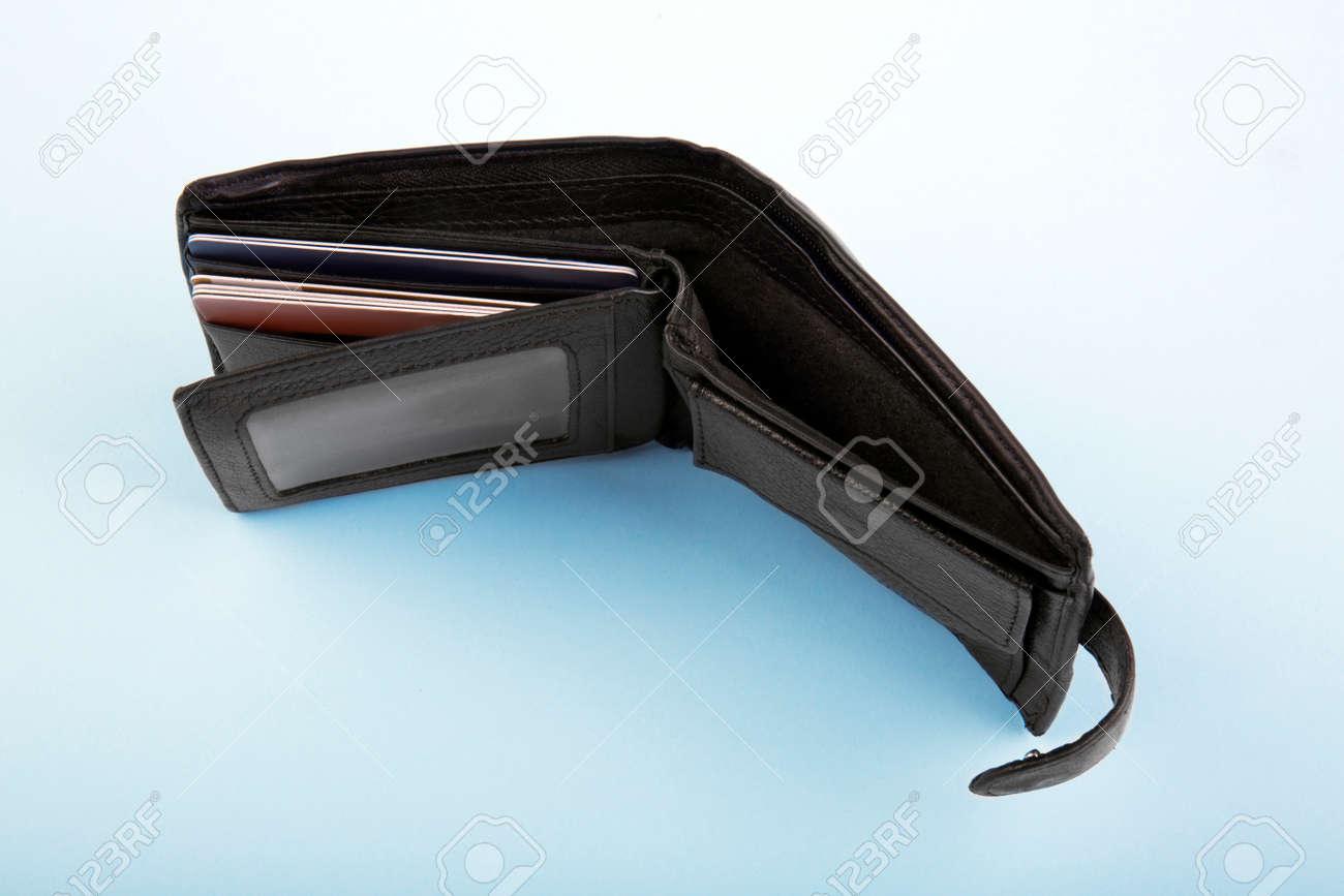 d683337da65 Foto de archivo - La billetera negra de cuero de un hombre con tarjetas de  crédito