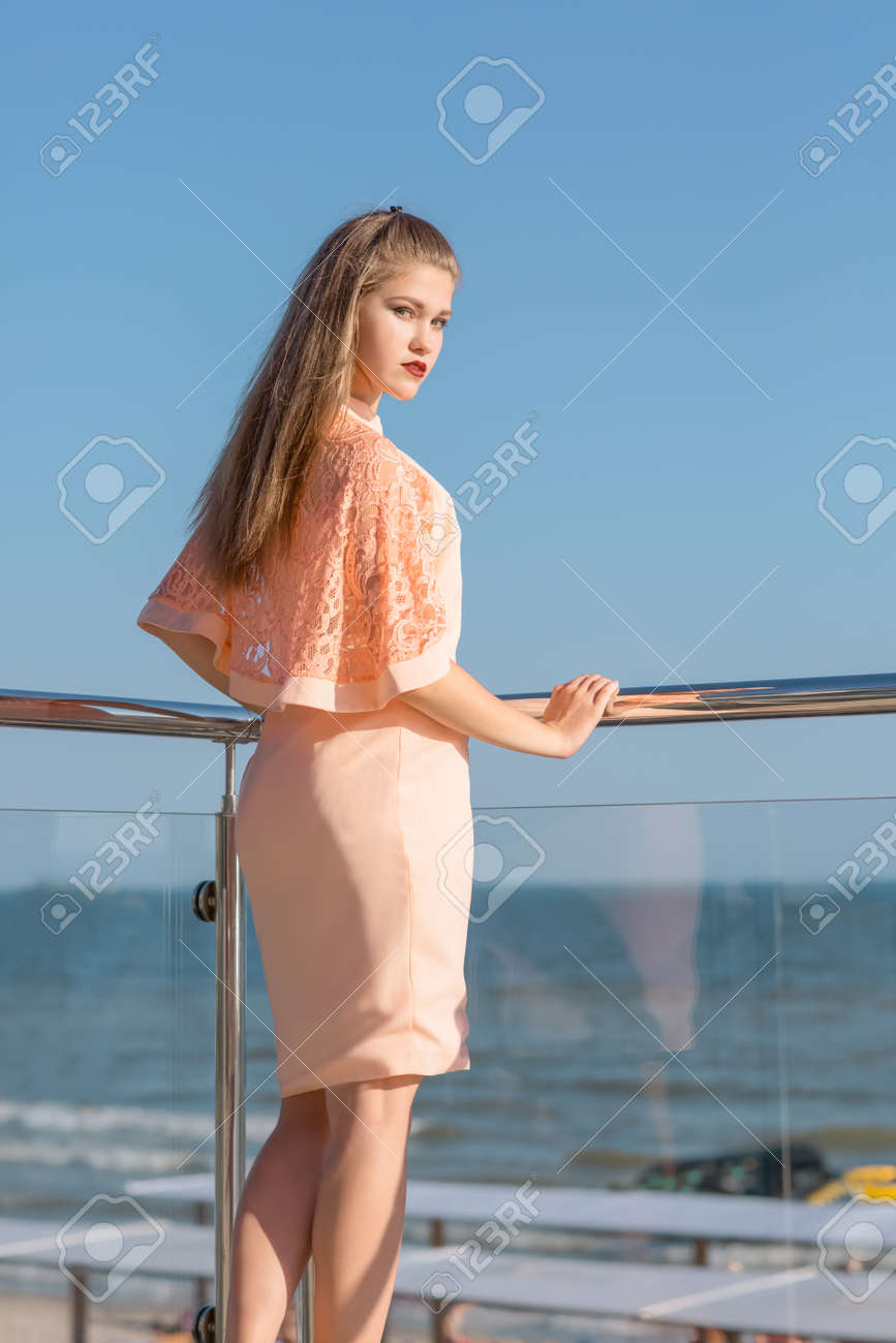 315bbec2c14 Une Belle Femme Se Pose Sur Le Balcon Transparent D un Hôtel. La Belle Et  Attirante Fille Sur Fond De Villégiature Naturelle. L élégante Dame Aux  Cheveux ...