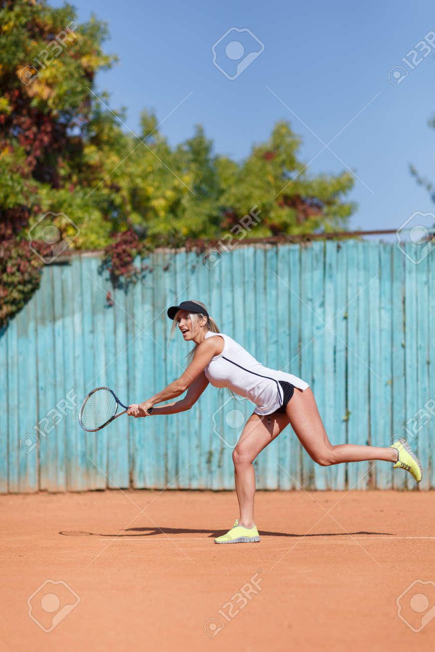 7e1d78a621 Foto de archivo - Joven mujer hermosa está jugando al tenis. En pleno  crecimiento.