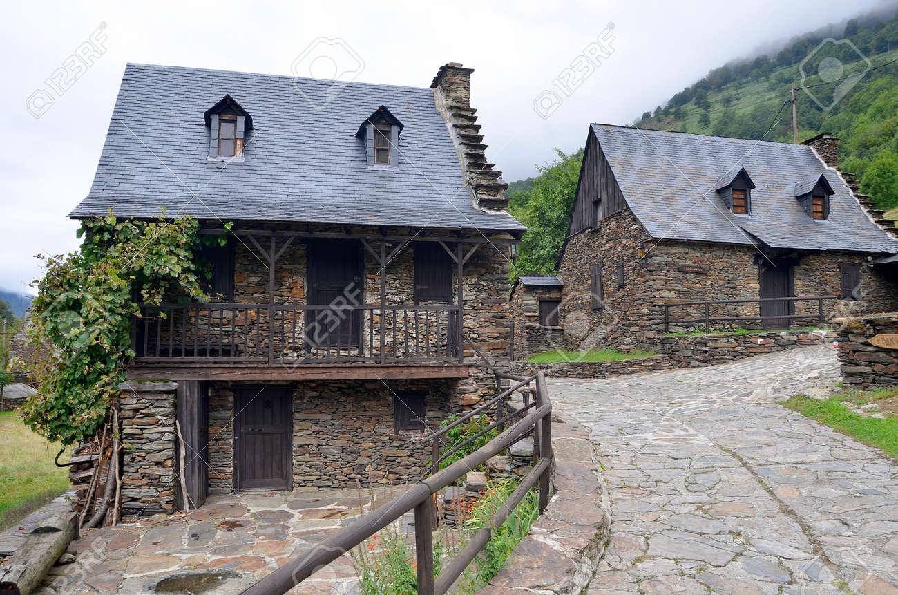 Casas De Piedra Típicas En Sant Joan De Toran, Valle De Arán, Lérida ...