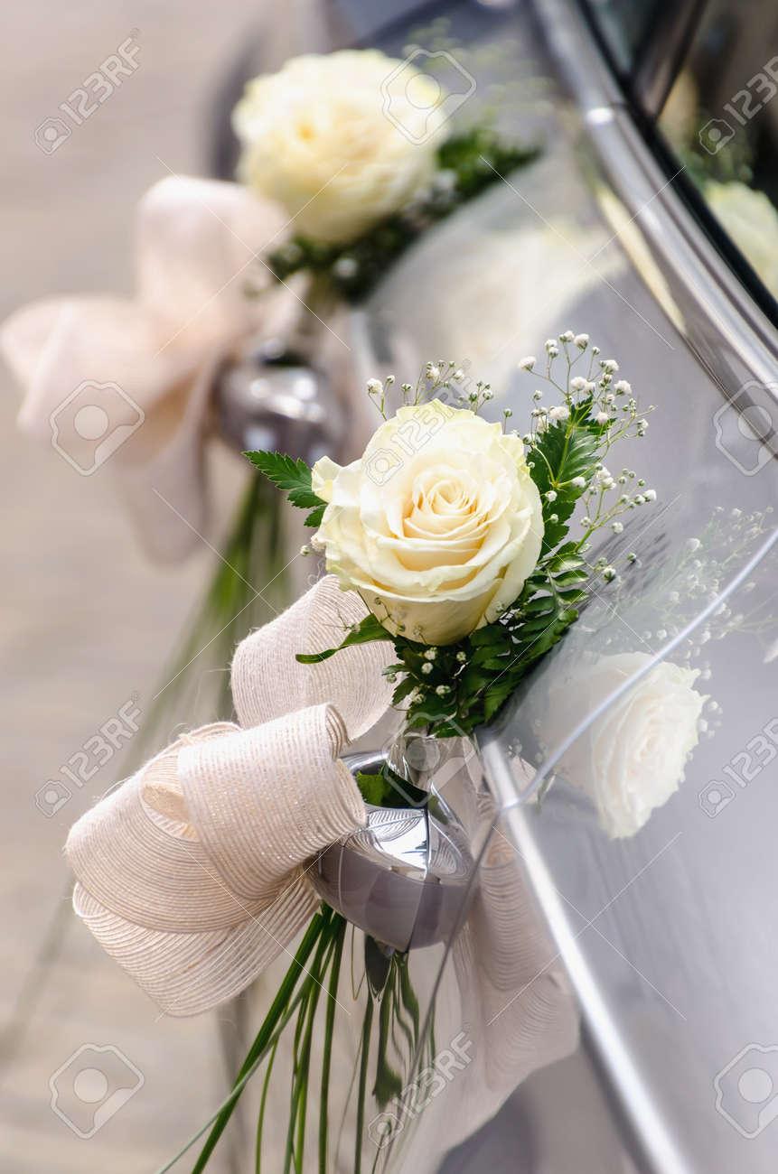 Un Coche De La Boda Decorado Con Ramos De Rosas Blancas Y Pequenas - Imagenes-de-ramos-de-rosas-blancas