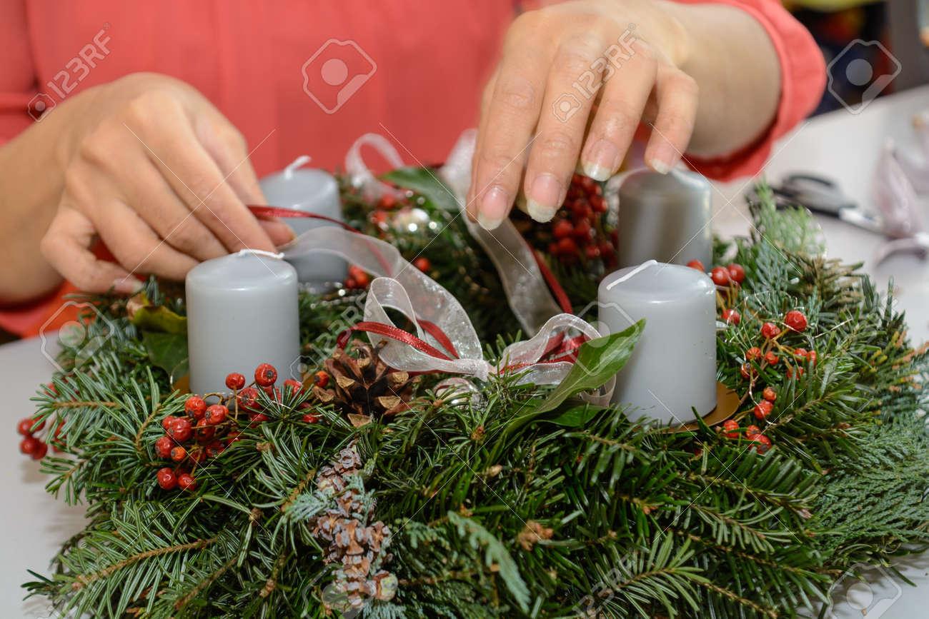 Fotos De La Corona Del Adviento.Floristeria Que Adorna La Corona De Adviento Hecha A Si Misma Decoracion De Navidad De Cerca