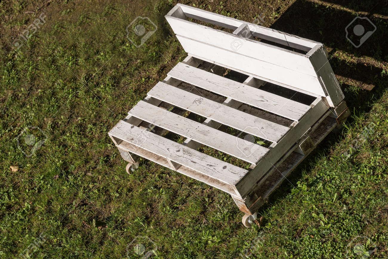 Weisse Gartenbank In Europaletten Mit Rollen Upcycling Gartenmobel