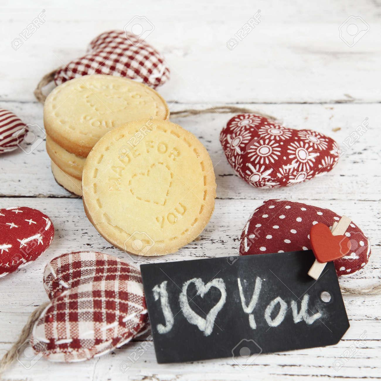 Hausgemachten Kuchen Mit Roten Vintage Herzen Und Alten Hölzernen ...