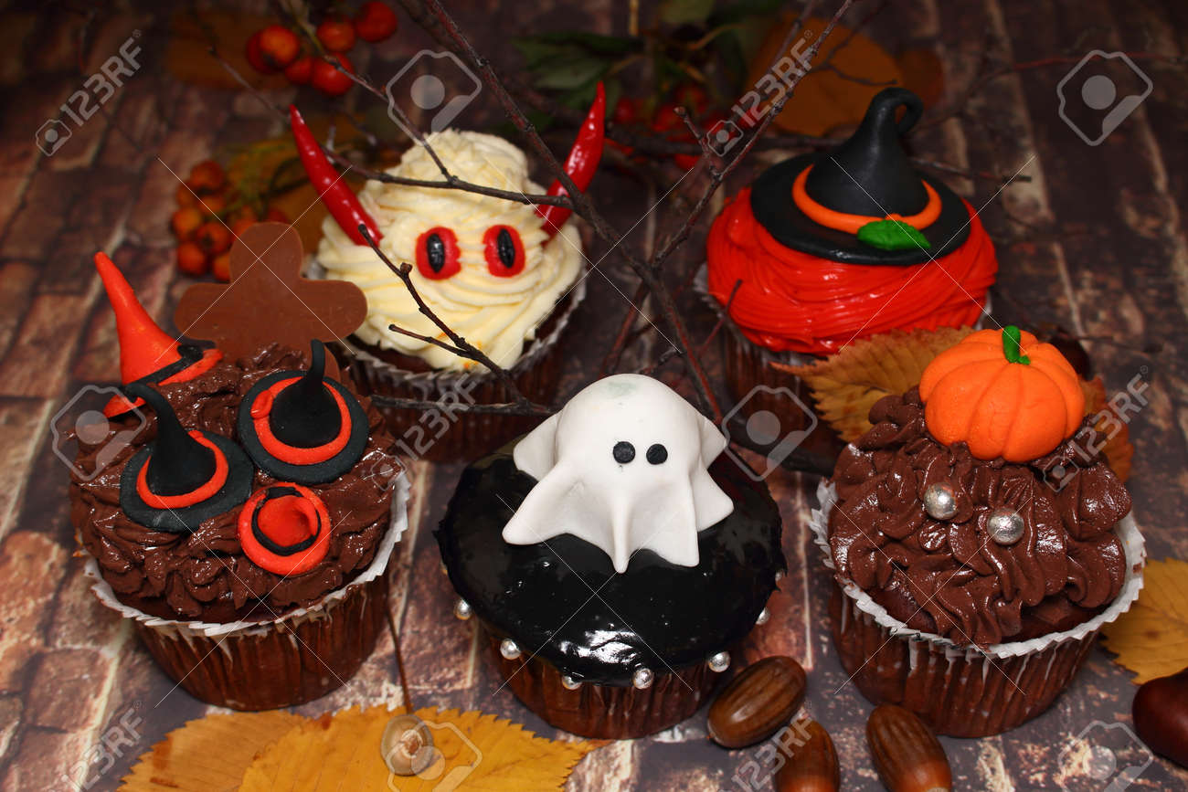 Einladung Zu Halloween Monster Die Idee Zum Backen Und Dekorieren Fur Halloween Figuren In Form Eines Geistes Eines Monsters Eines Teufels Hexenhaares Und Eines Kurbisses Mit Huten Dekoriert Vorderansicht Nahaufnahme Auf